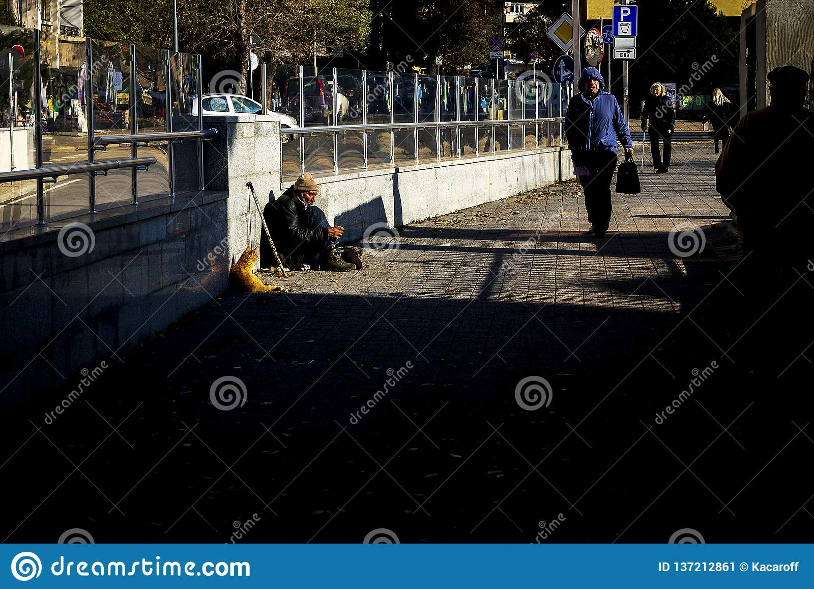 Um inválido desabrigado pede o dinheiro na rua e seu gato faz uma empresa em Burgas/Bulgaria/12 06 2018/