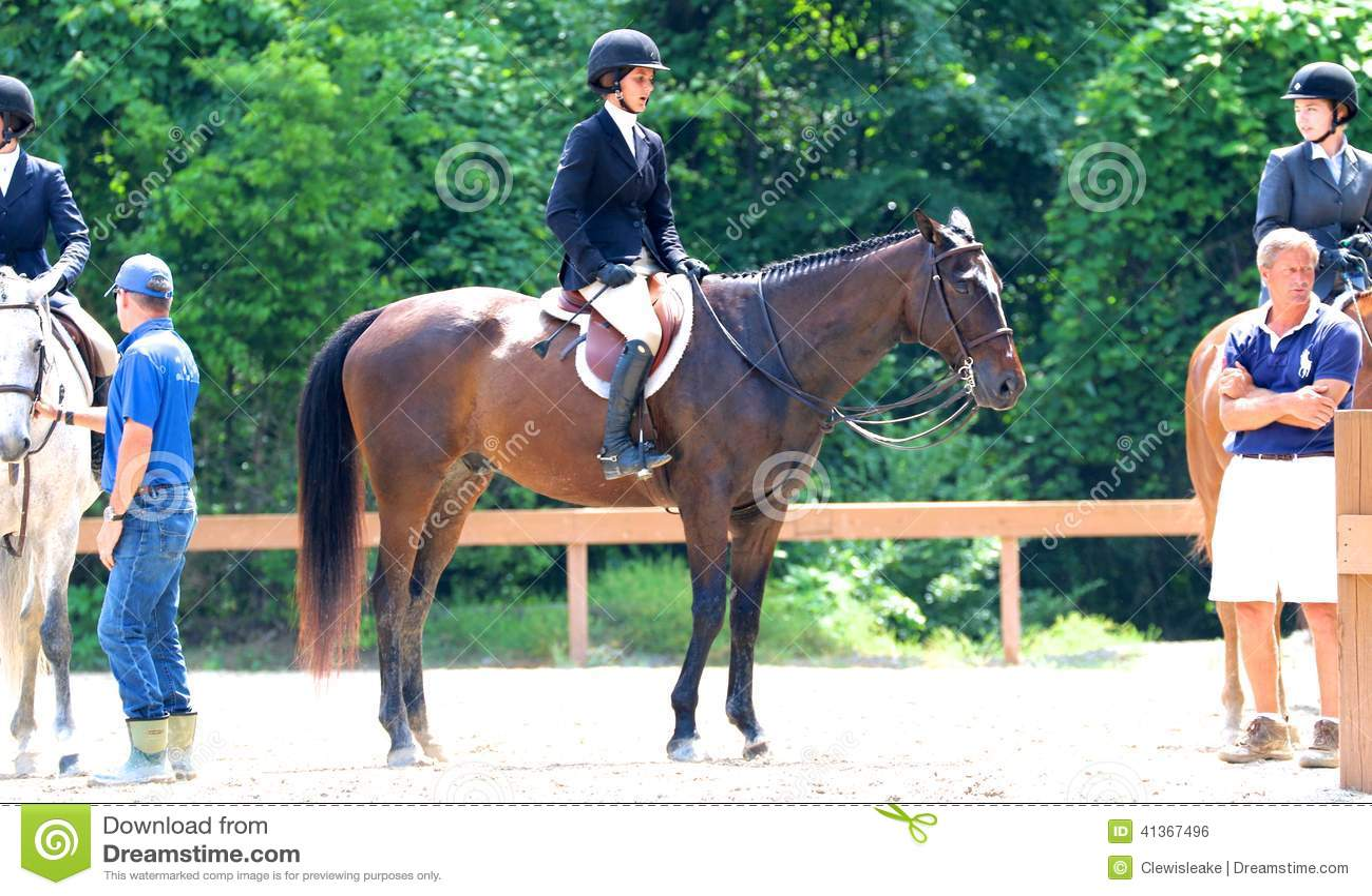 Um jóquei fêmea novo Sits Atop um cavalo na mostra do cavalo da caridade de Germantown