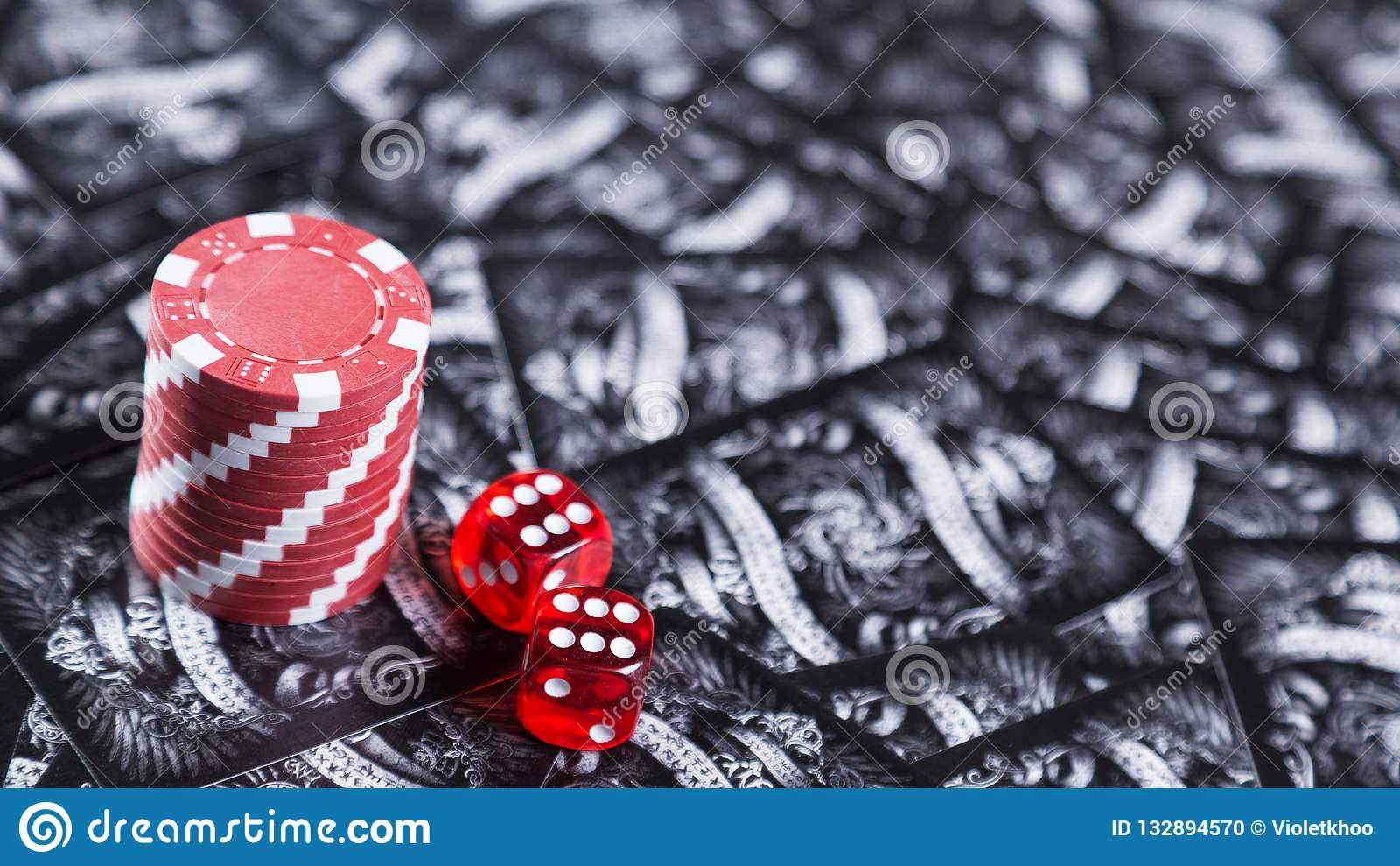 Um jogo do pôquer e dos dados