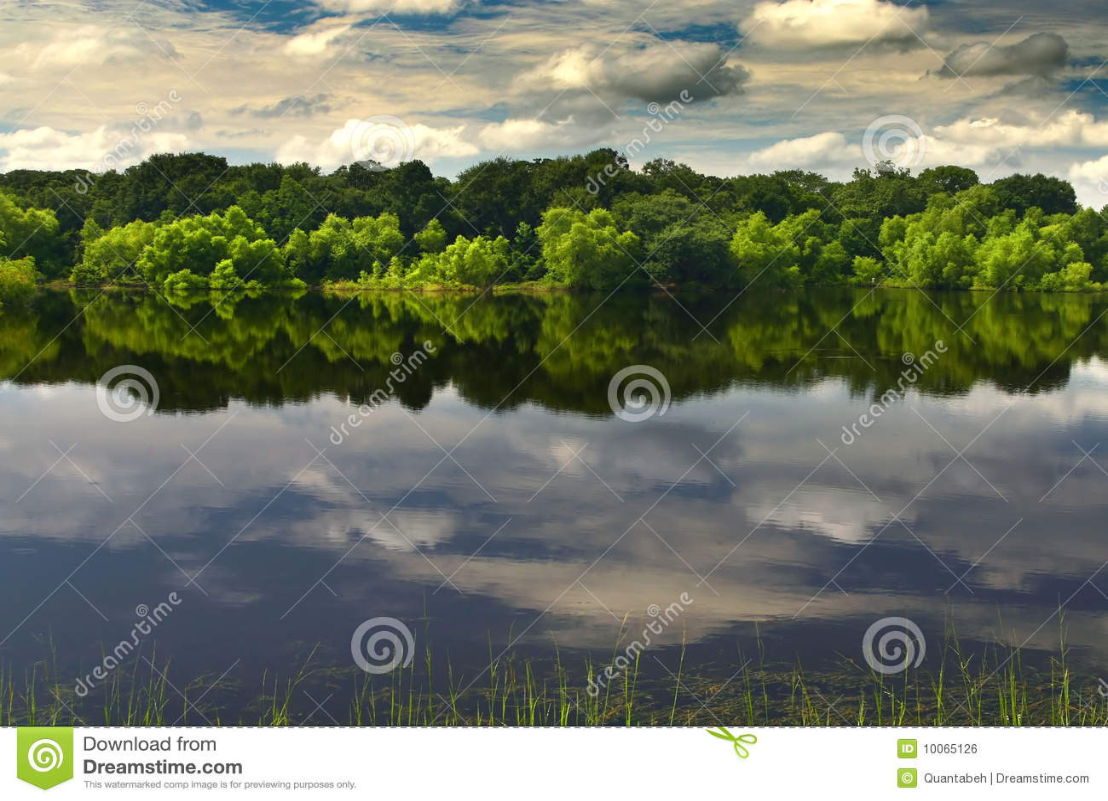 Um lago bonito e calmo