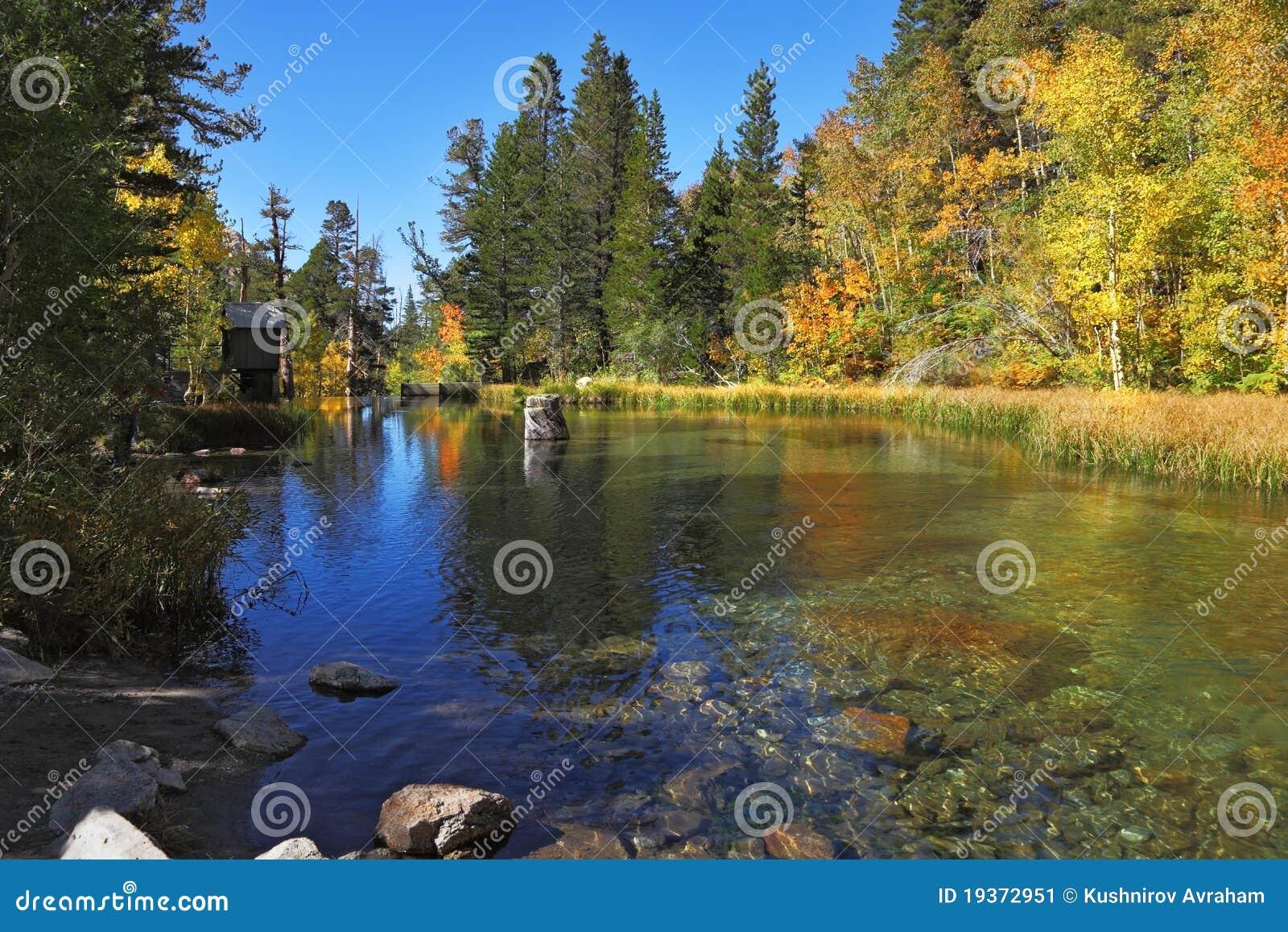 Um lago charming da montanha em Califórnia