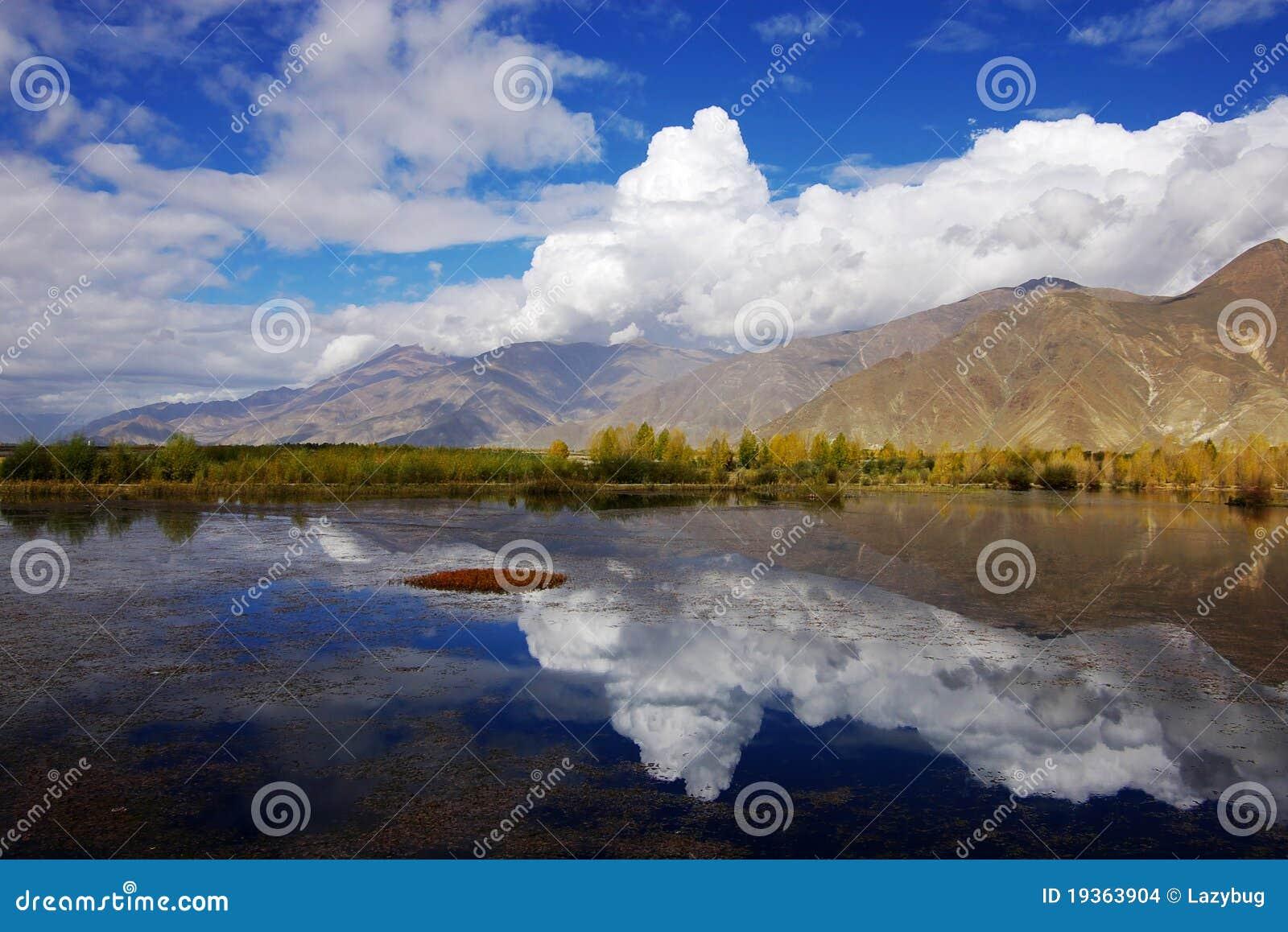 Um lago perto da cidade de Lhasa