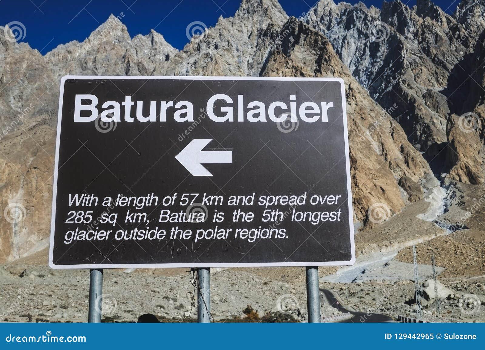 Um letreiro do sentido e informação da geleira de Batura