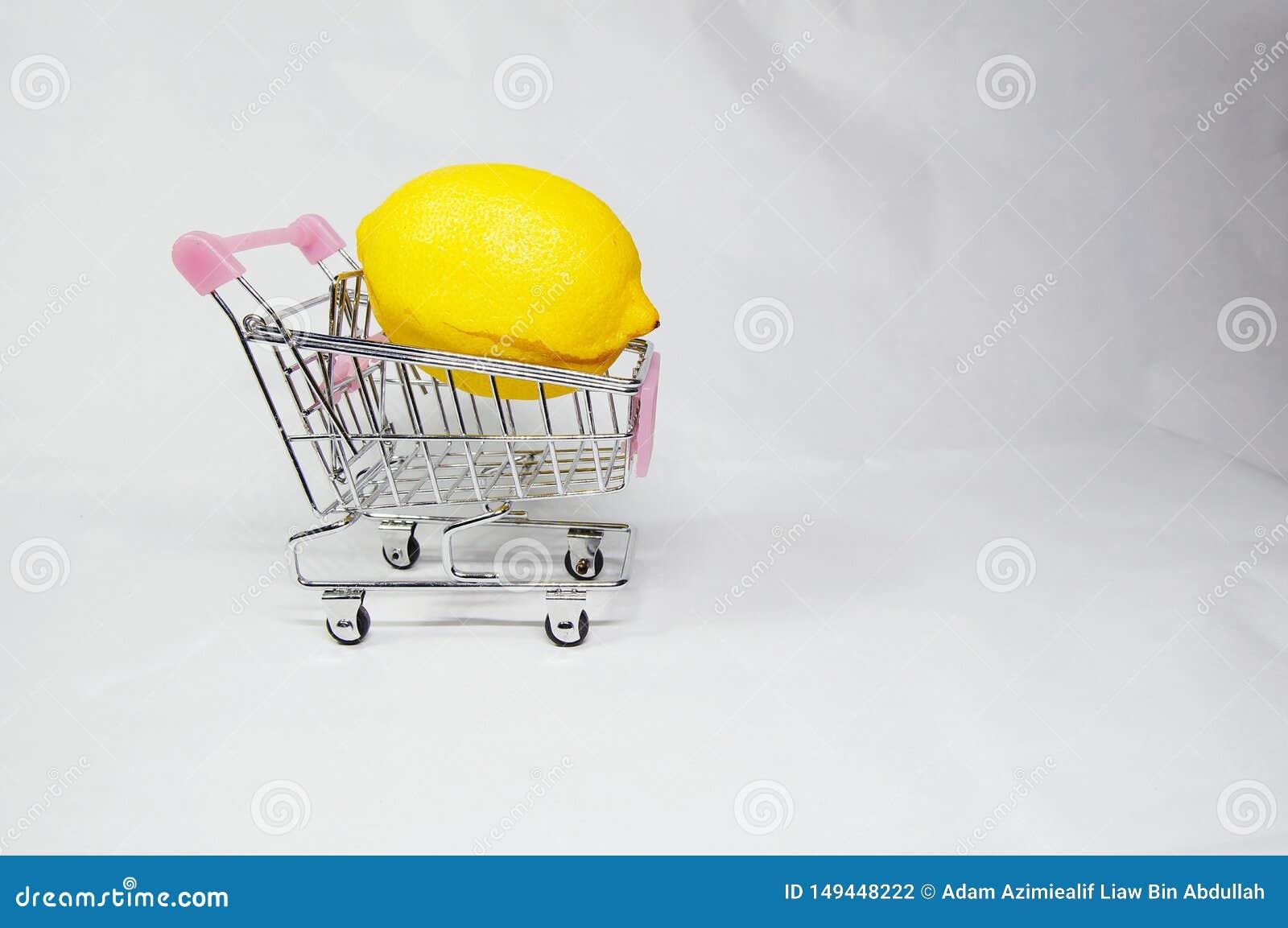 Um lim?o on/inside o mini trole de compra