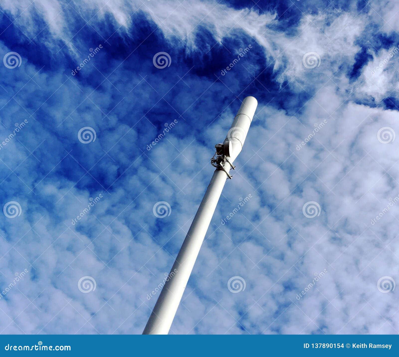 Um mastro do telefone celular e umas nuvens dramáticas