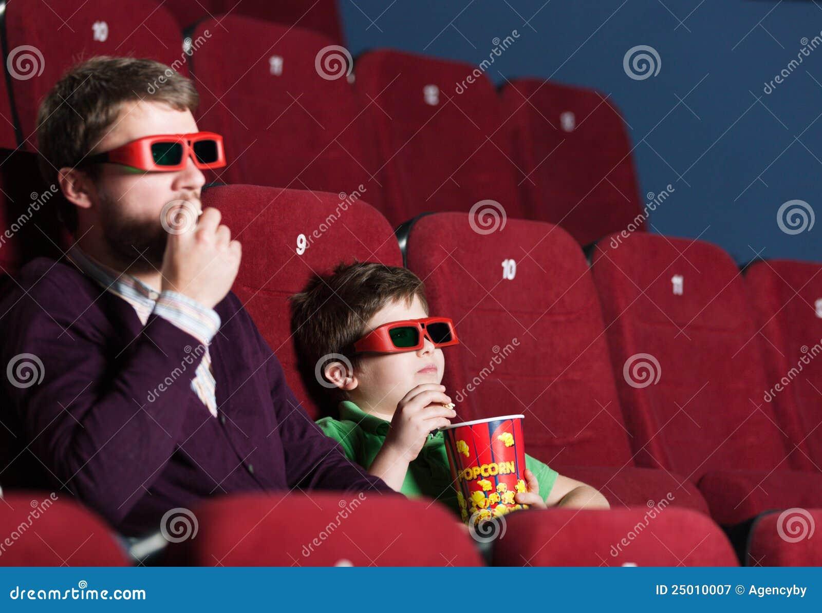 Um menino com o pai no cinema
