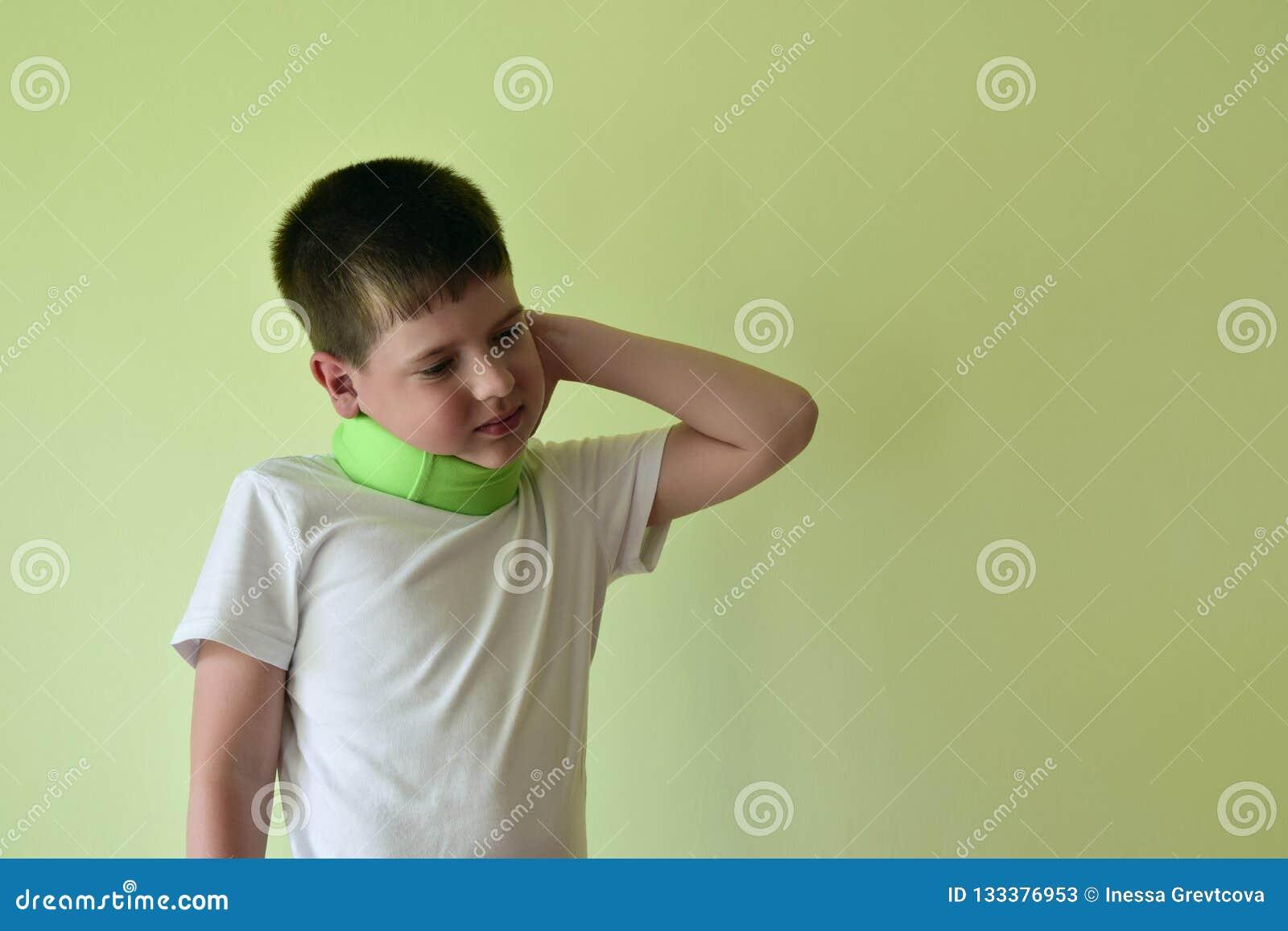Um menino com uma cinta de pescoço sente o incômodo