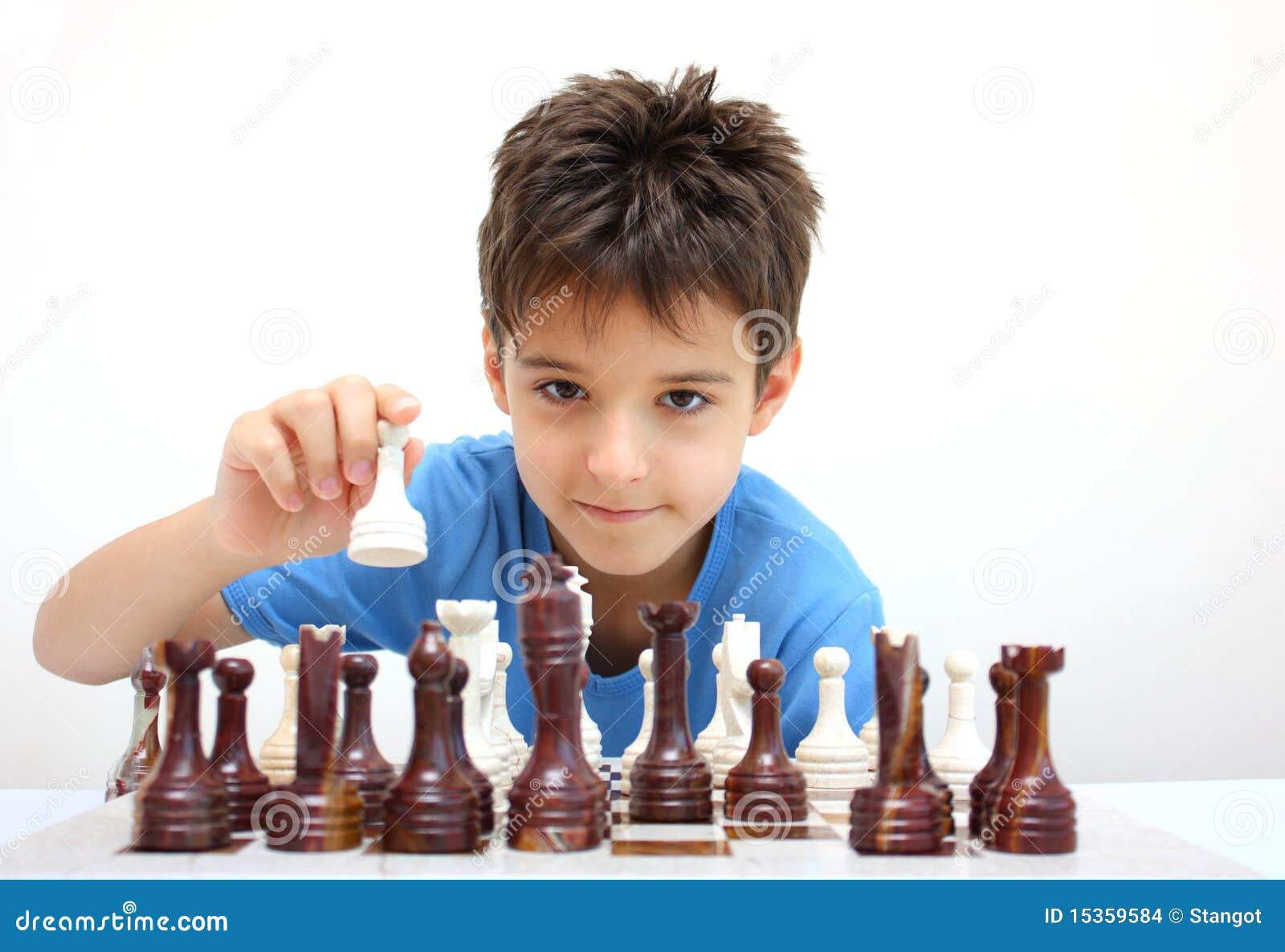 Um menino que joga a xadrez