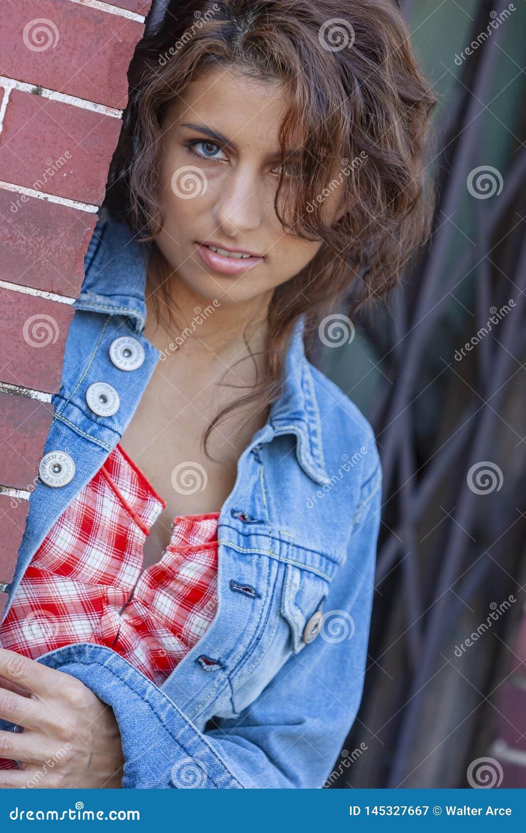 Um modelo moreno bonito Posing Outdoors With as formas as mais atrasadas