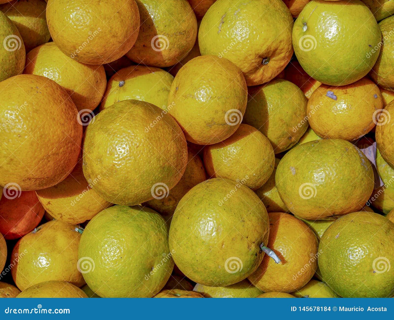 Um montão das laranjas em um mercado
