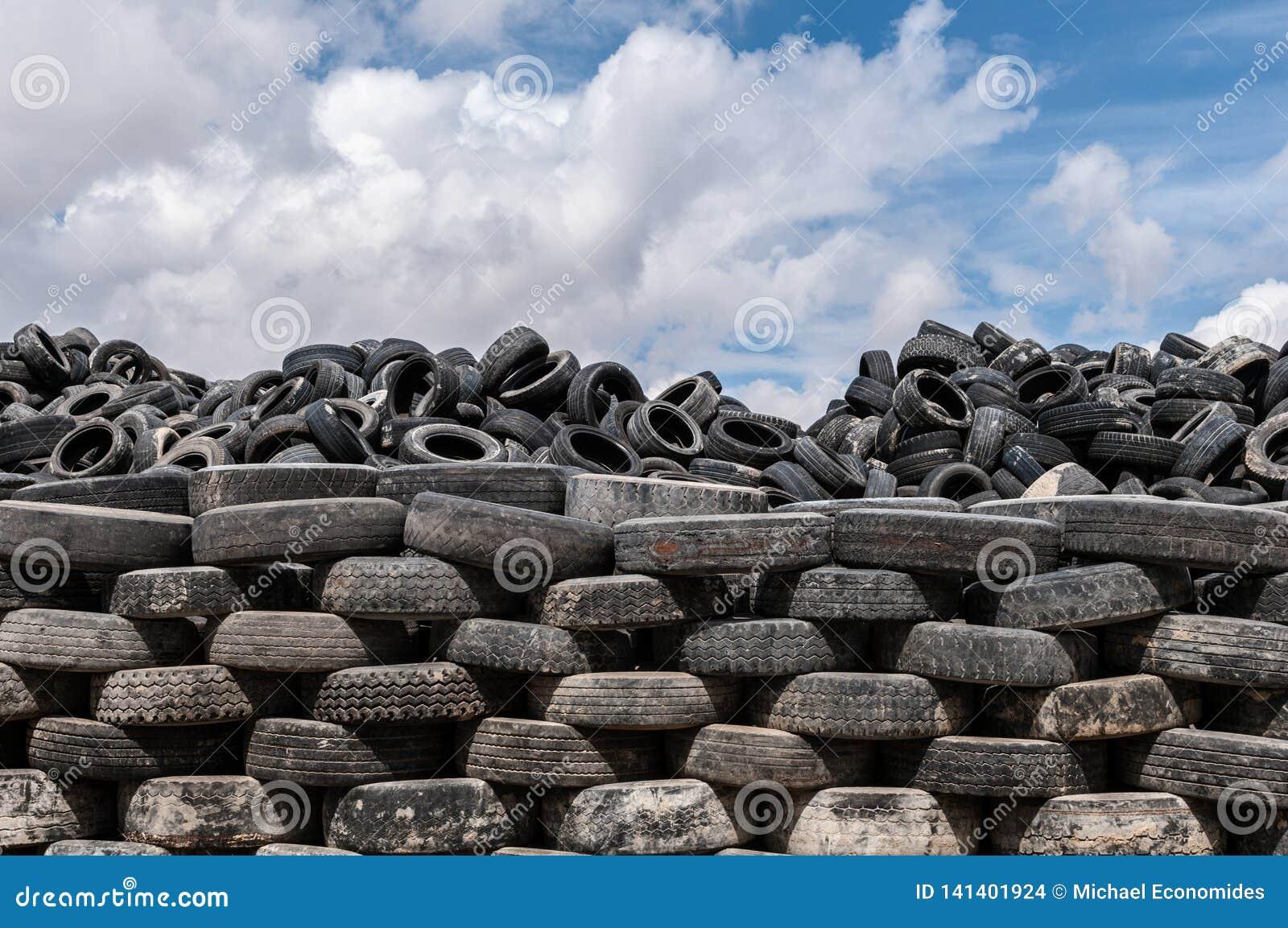 Um montão de pneus velhos para a reciclagem de borracha