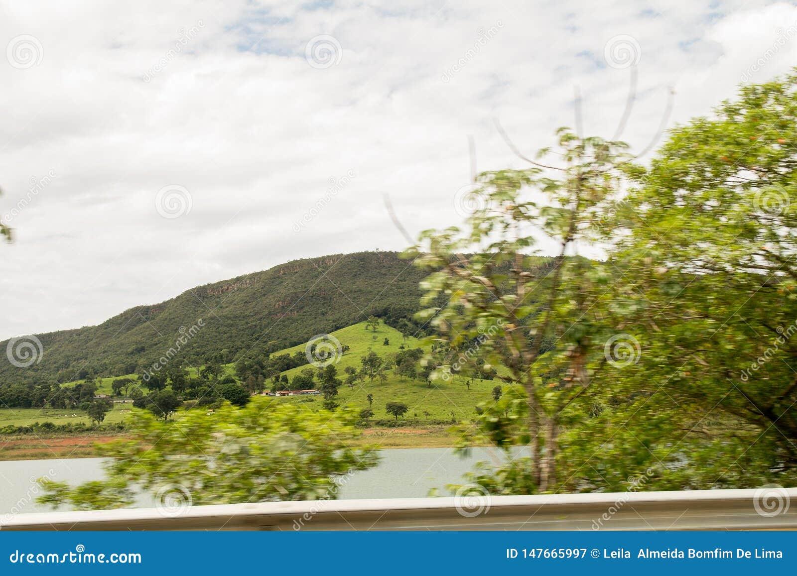Um montain verde acima do c?u azul