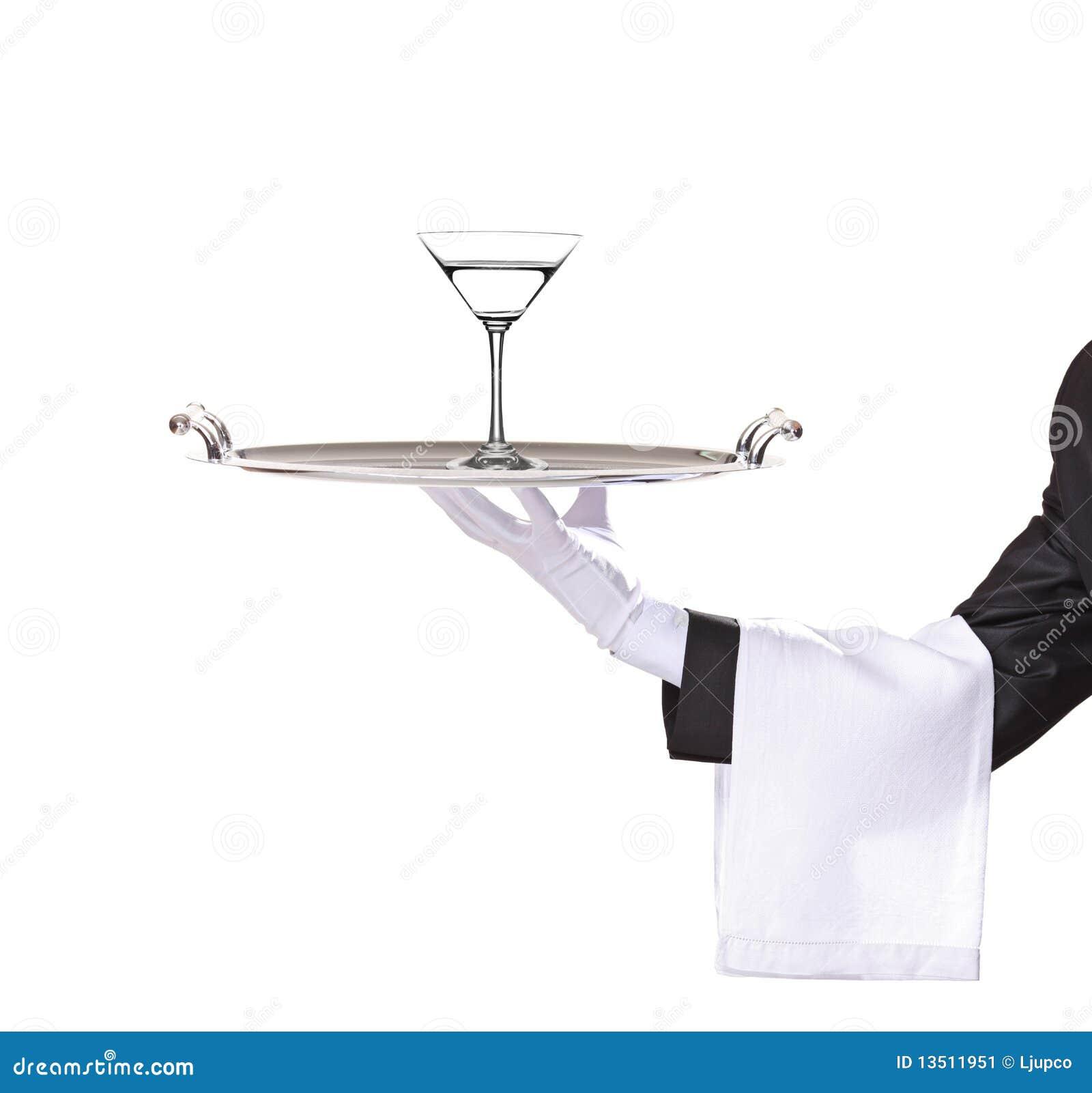 Um mordomo que prende uma bandeja com o cocktail nele