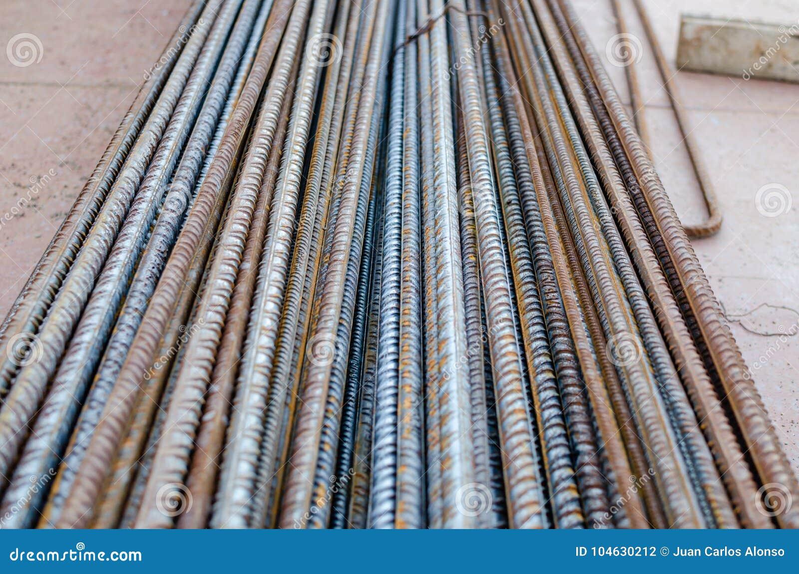 Um número hastes de aço ou de rebars deformados usadas no concreto reforçado com alguma corrosão Teste padrão da perspectiva