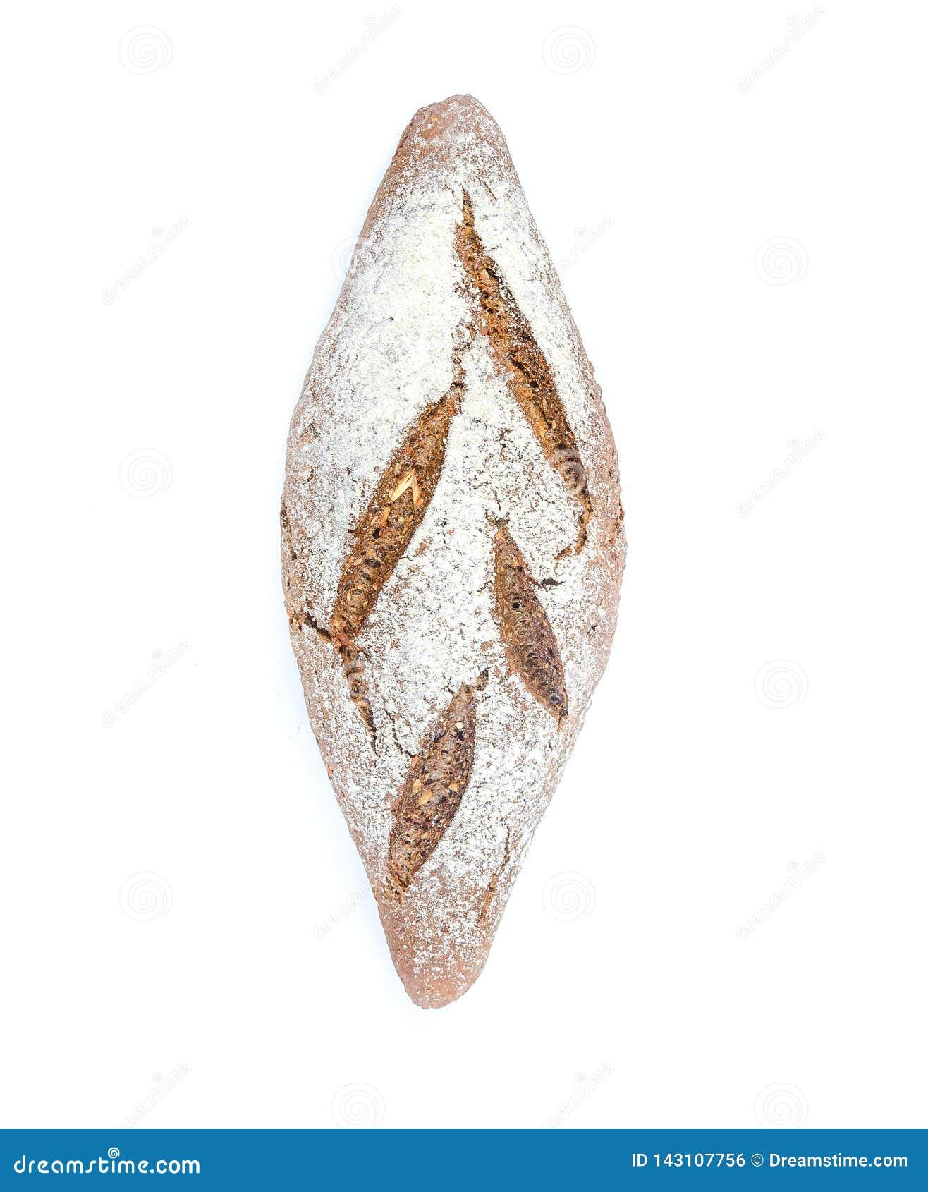 Um naco do pão de centeio inteiro da grão no fundo branco