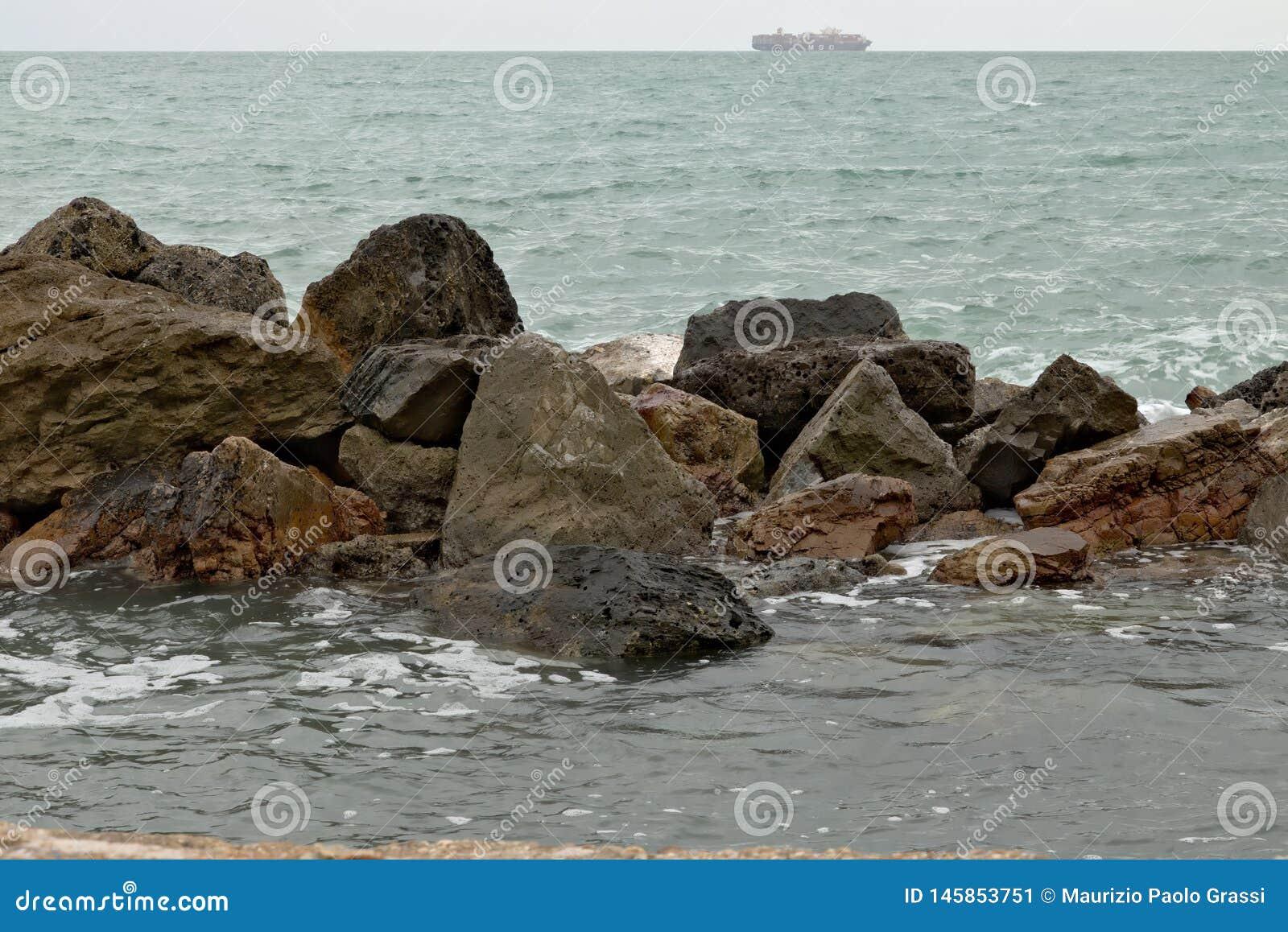 Um navio de transporte no horizonte de mar