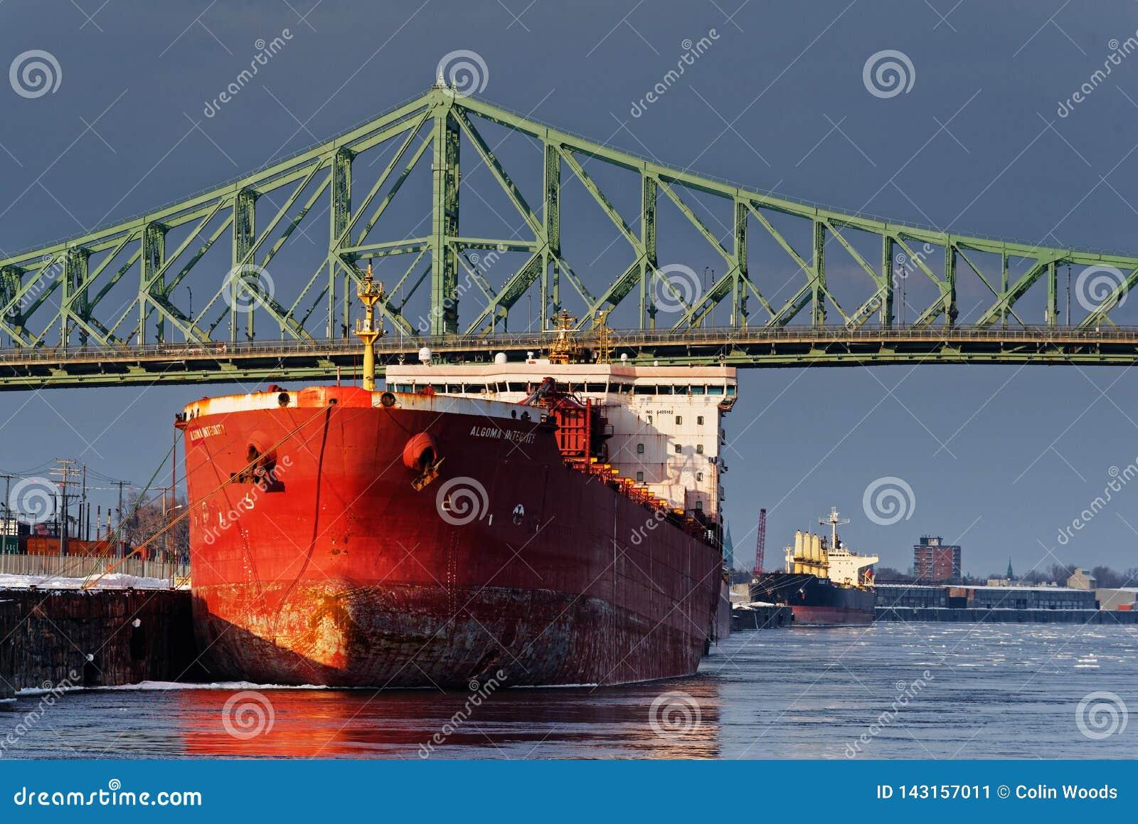 Um navio no porto de Montreal