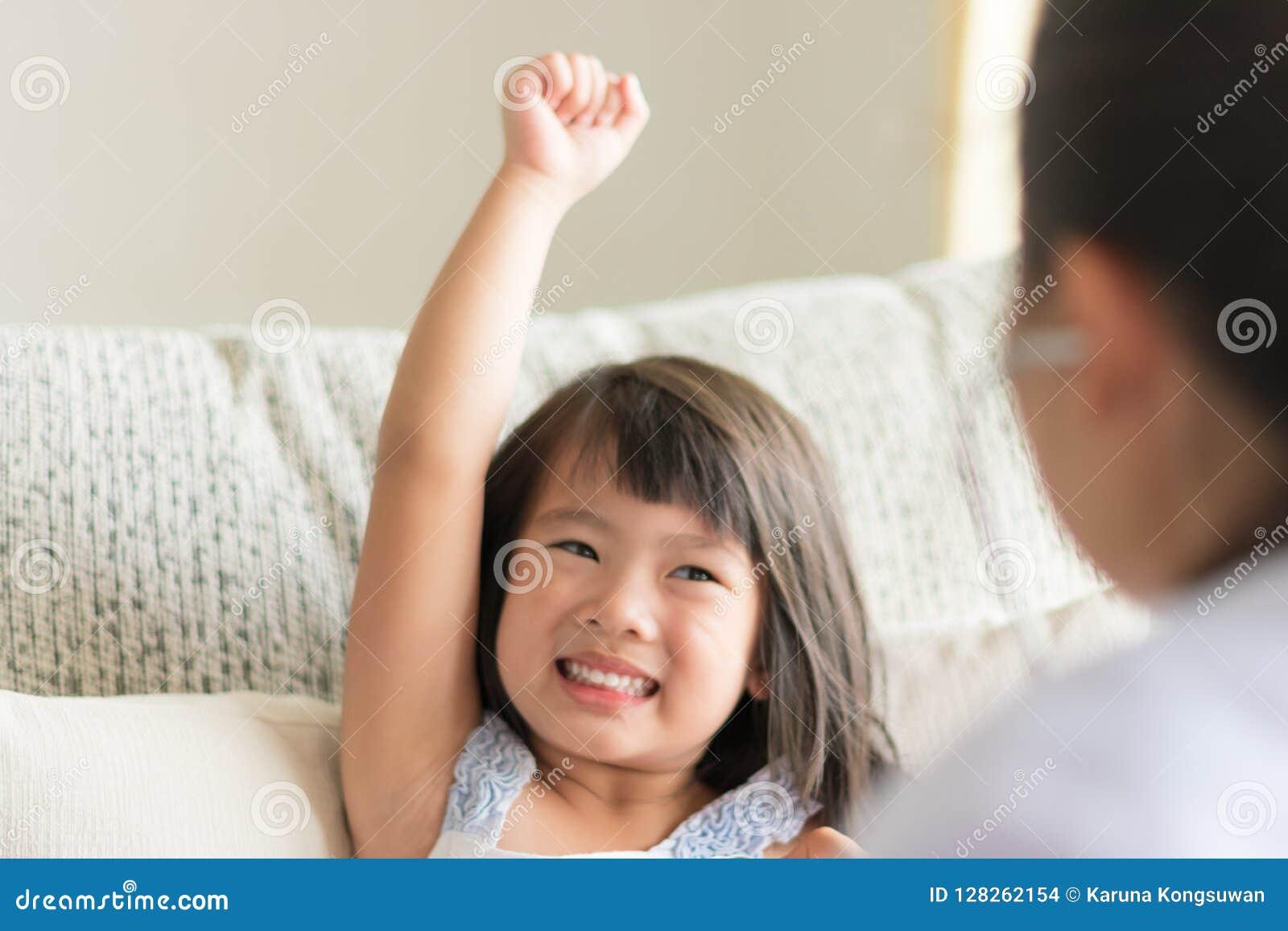 Um olhar asiático da menina seguro quando doutor que examina por u
