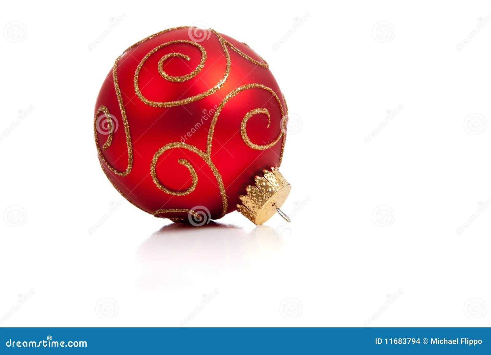 Um ornamento vermelho, glittery do Natal no branco