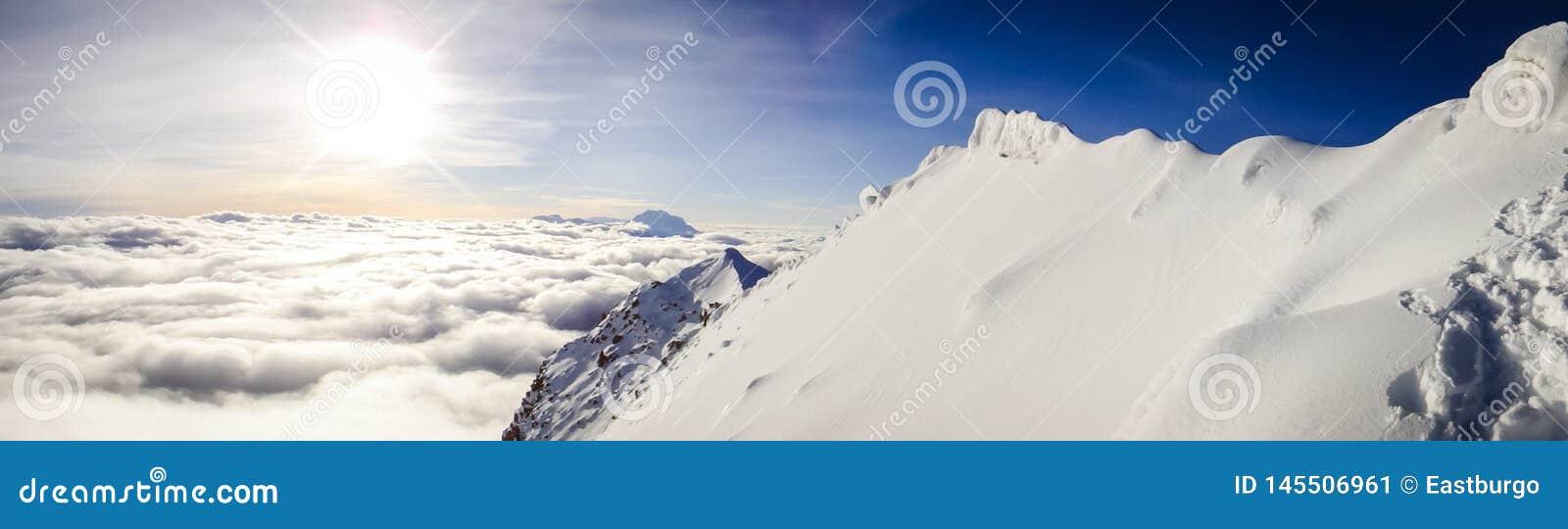 Um panorama celestial de uma parte superior boliviana da montanha