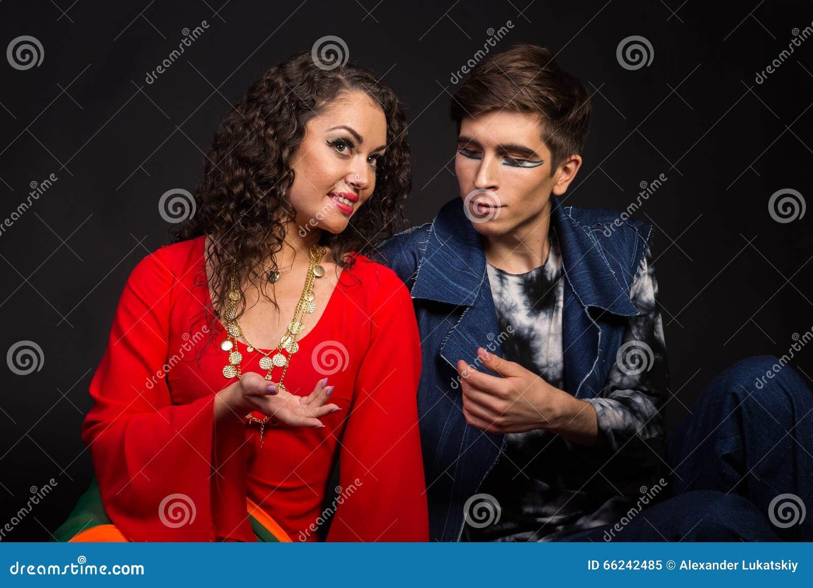 Um par atores novos em um fundo escuro