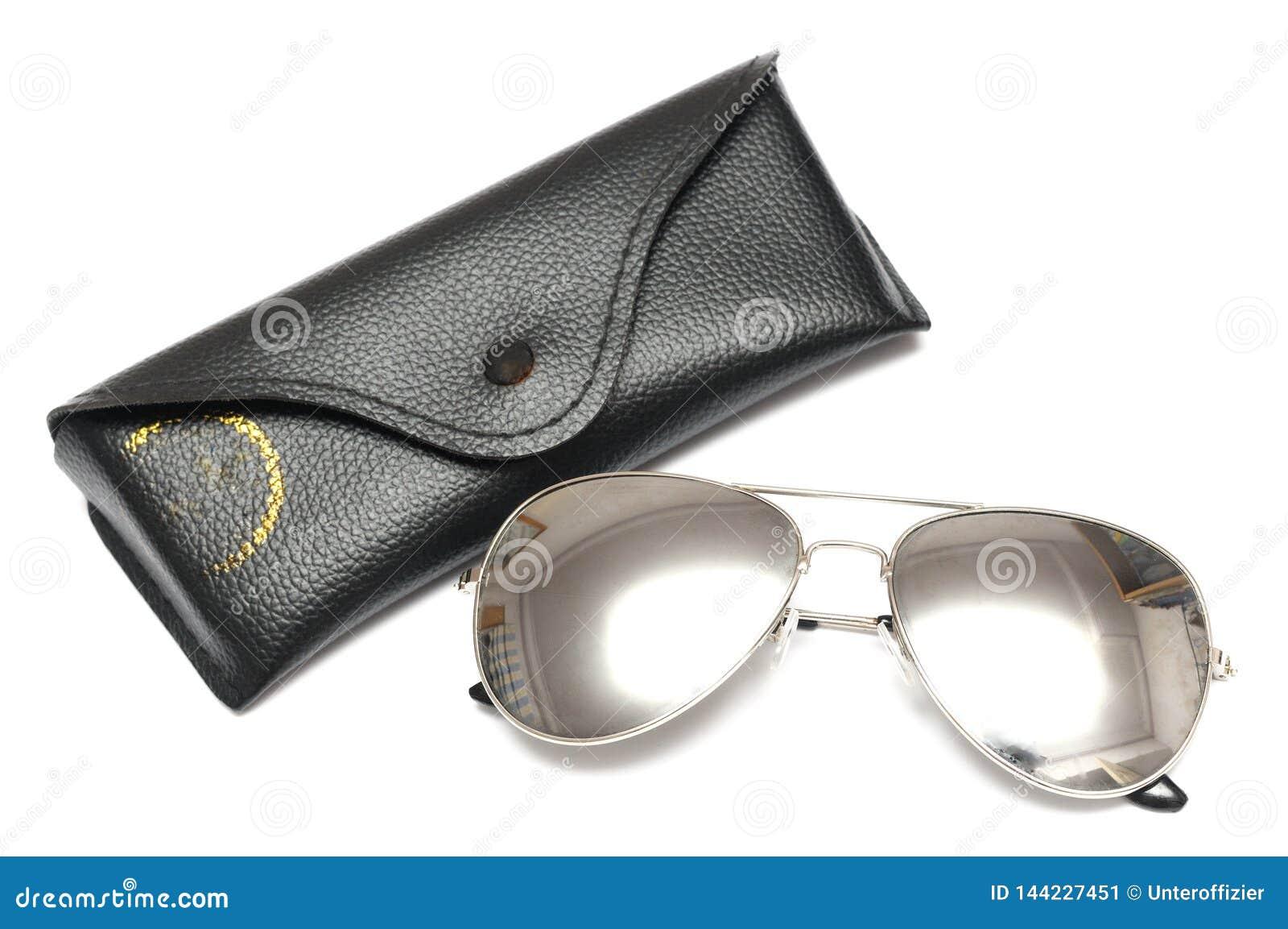 Um par de óculos de sol de prata metálicos dos aviadores com um malote preto do suporte