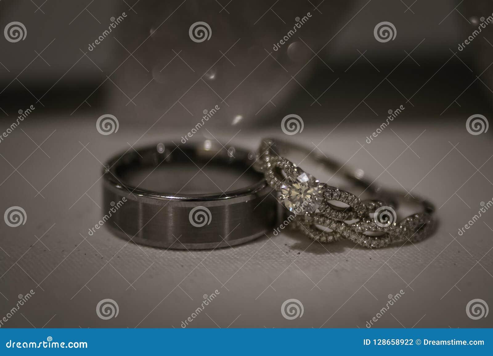 Um par de anéis de casamento