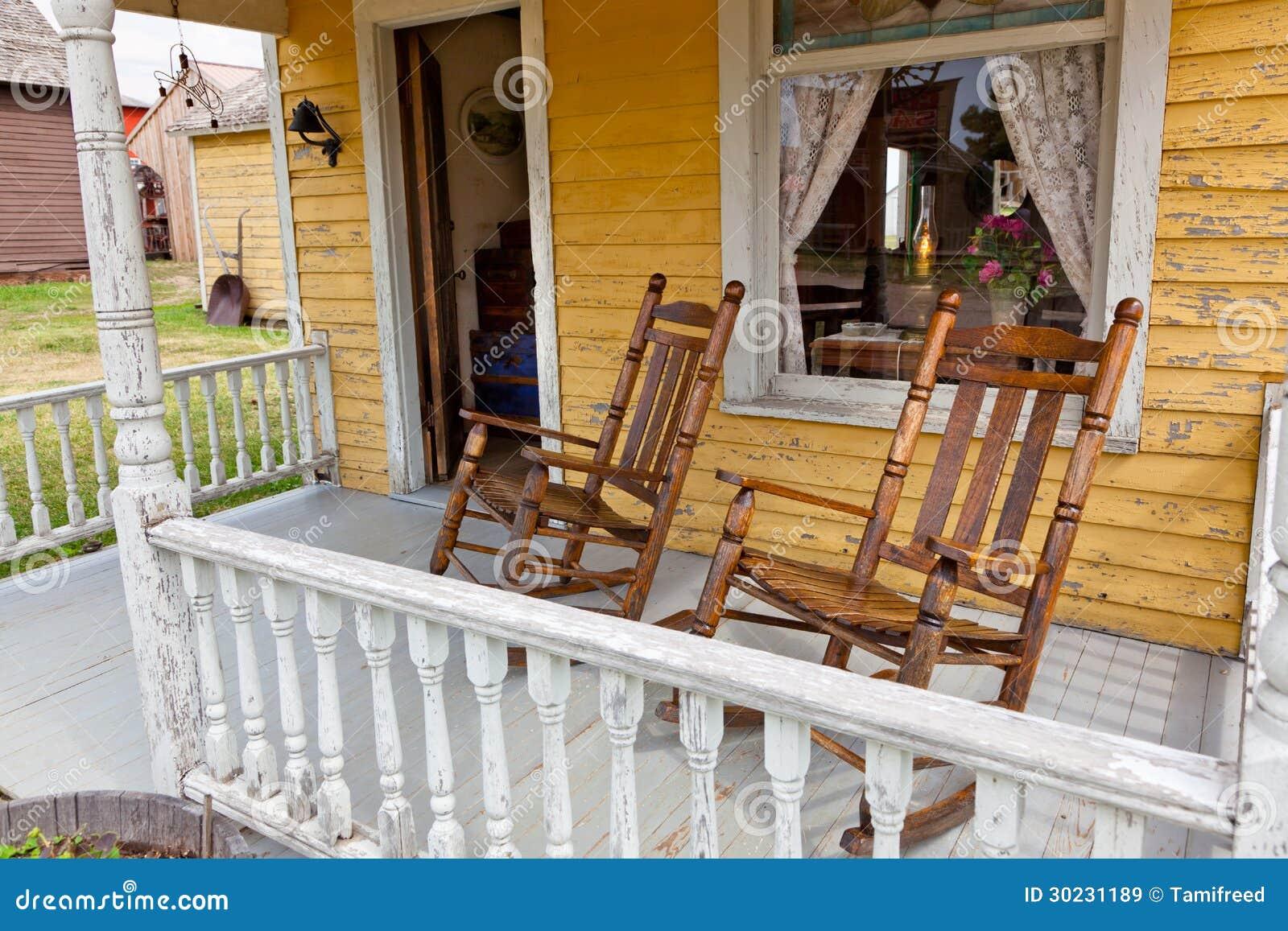 par de cadeiras de balanço de madeira velhas senta se no patamar de  #819D2E 1300x957