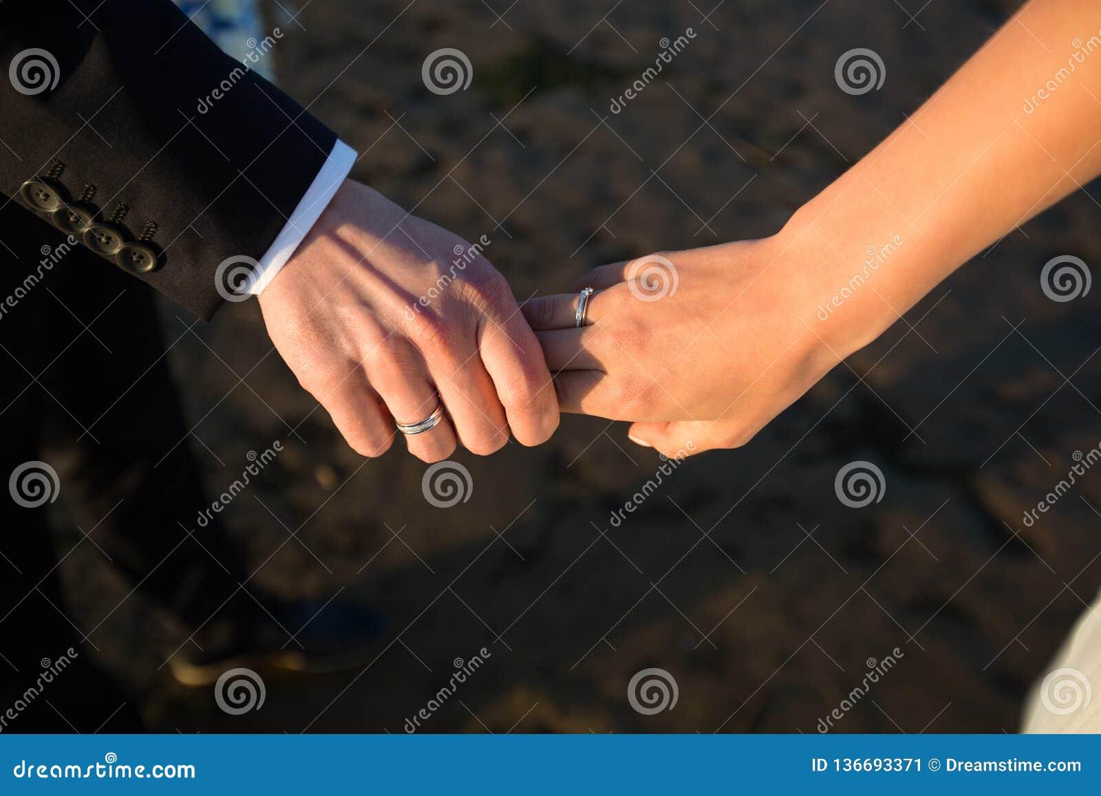 Um par de mãos guarda-se