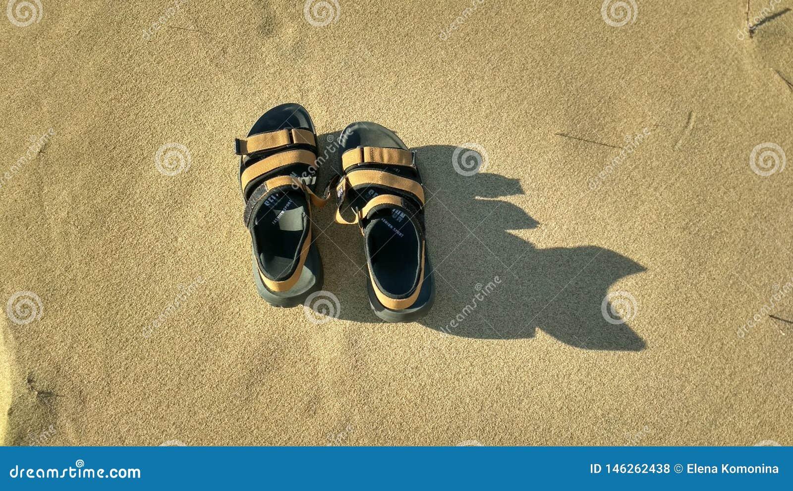 Um par de sand?lias na areia