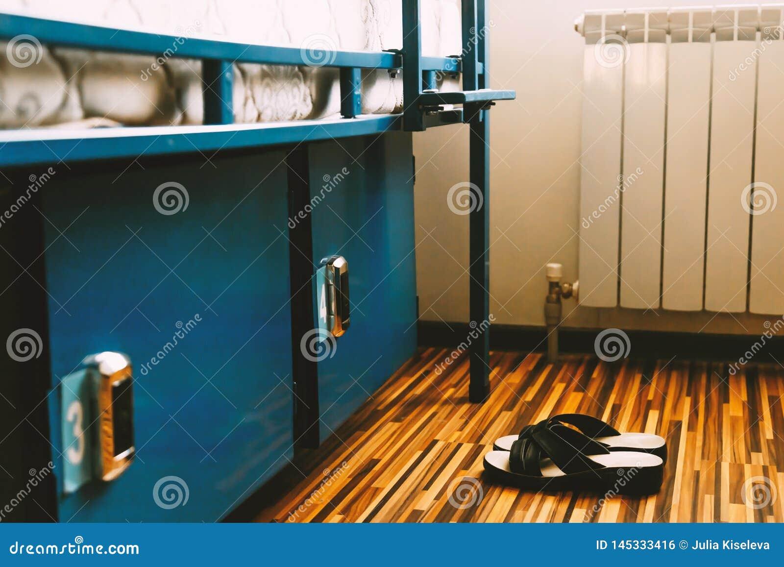 Um par de sapatas senta-se no assoalho de uma sala de hotel