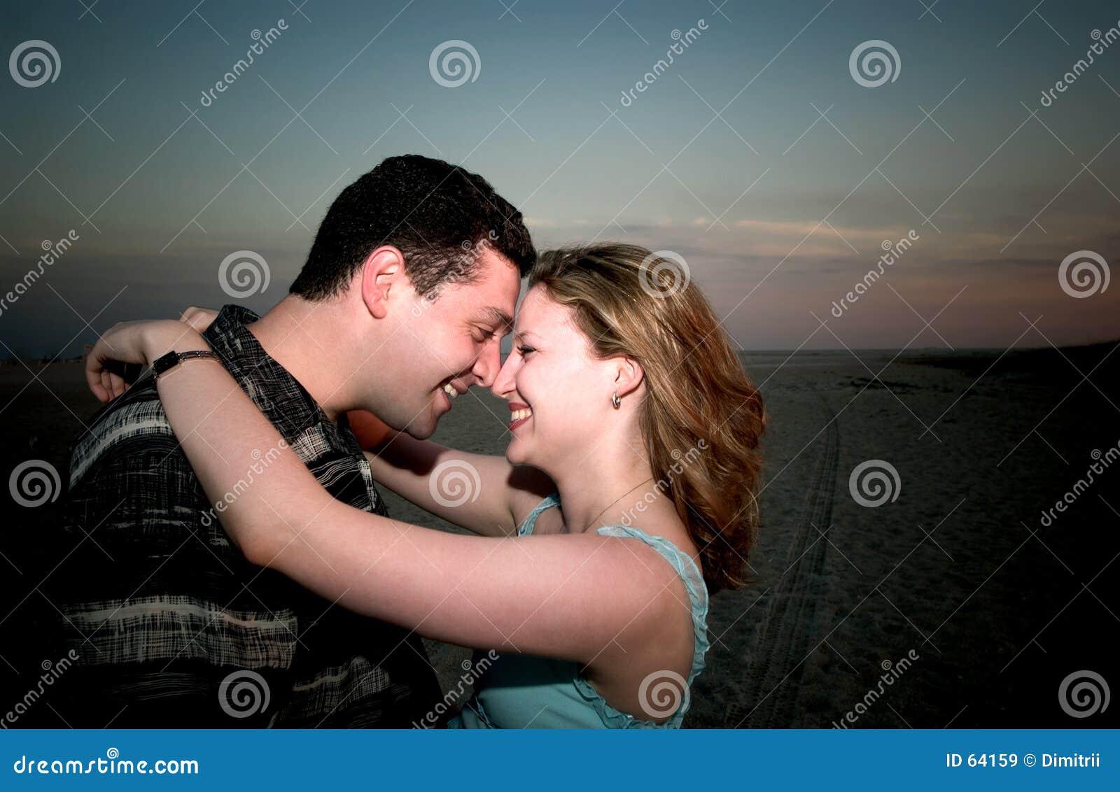 Um par no amor em uma praia