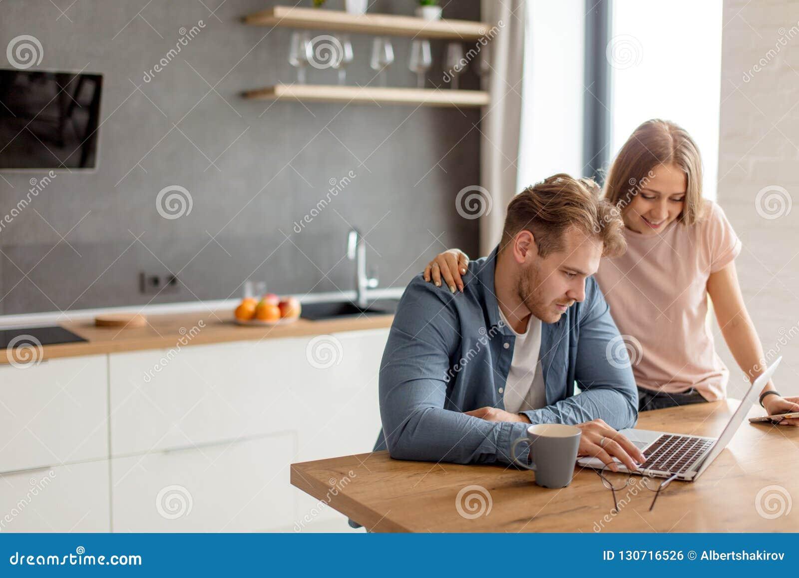 Um par novo está olhando bilhetes viajando