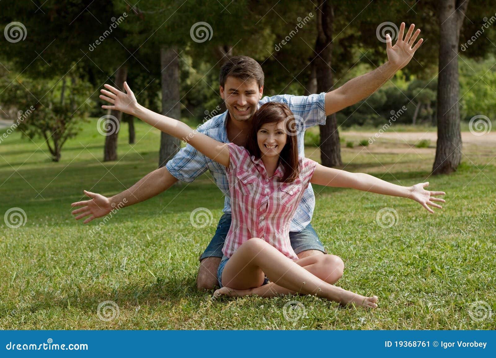 Um par novo no amor em um parque