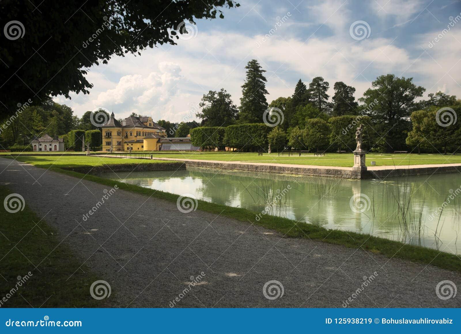 Um parque que cerca o palácio de Hellbrunn O palácio é ficado situado ao sul de Salzburg, Áustria