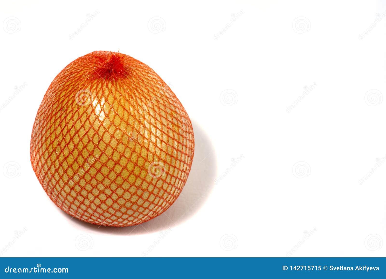 Um pomelo maduro ? empacotado em uma grade Pomelo isolado em um fundo branco