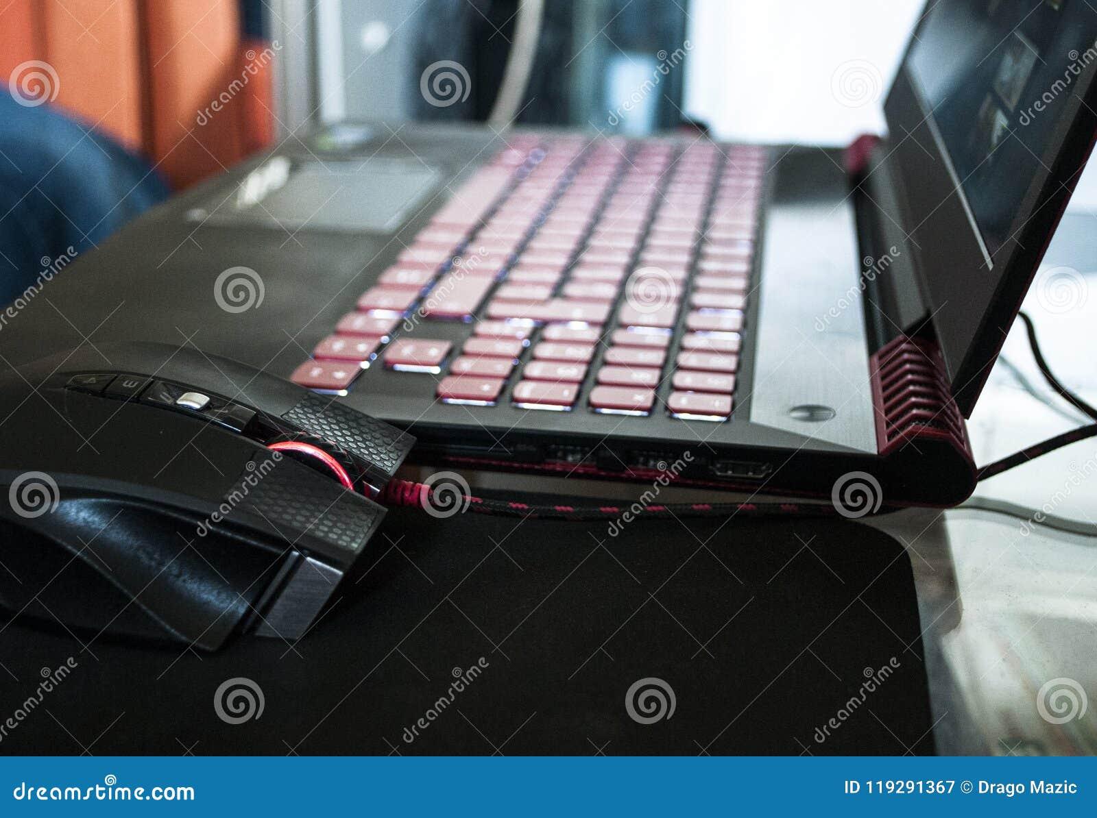 Um portátil vermelho-preto do jogo