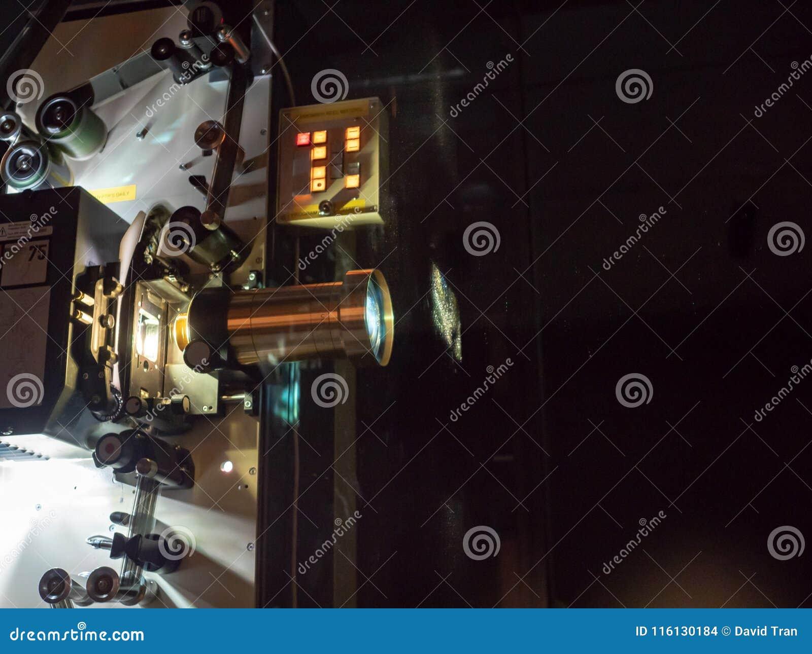 Um projetor que indica um filme em uma sala escura