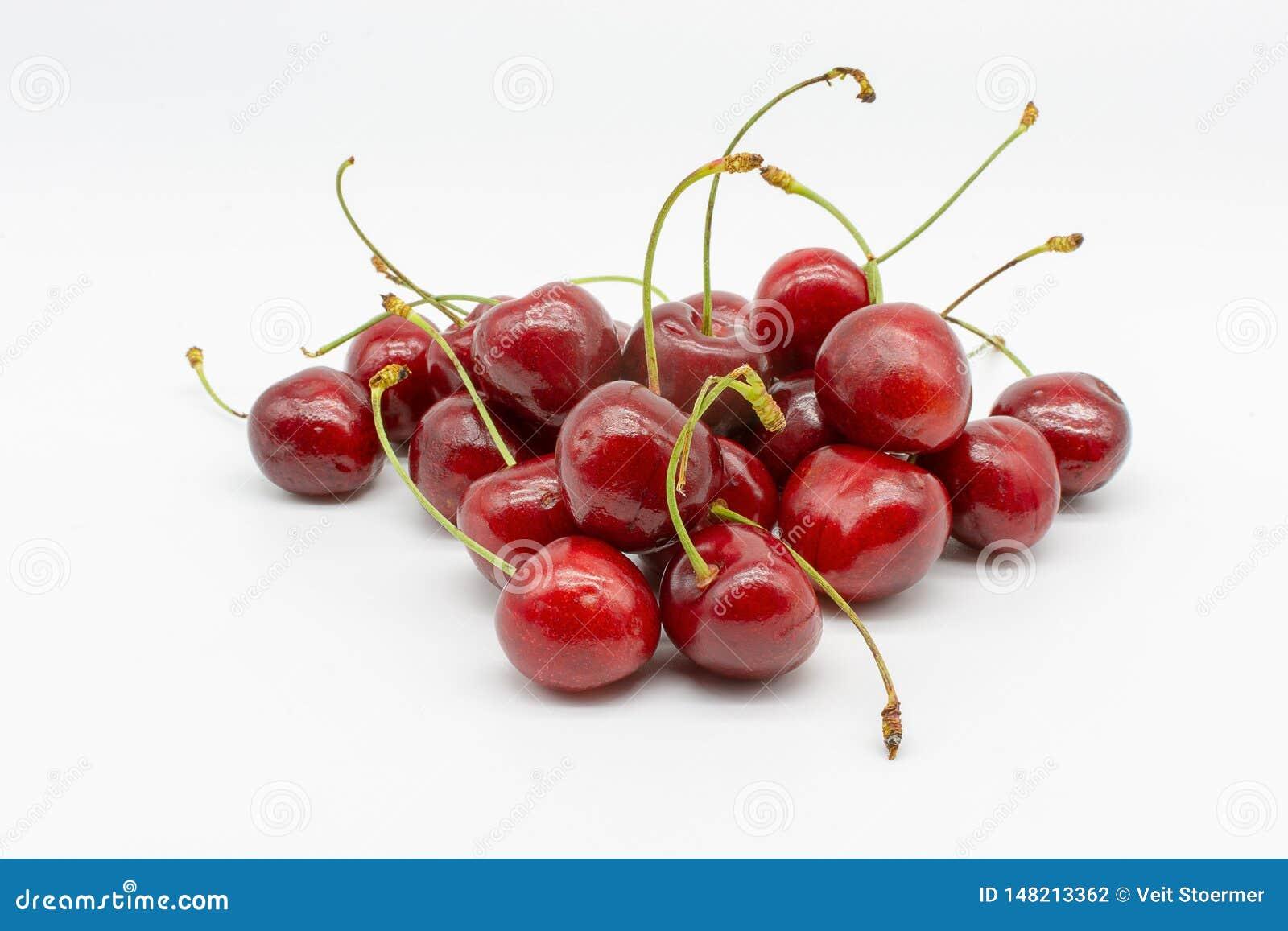 Um punhado do maduro vermelho cerejas suculentas