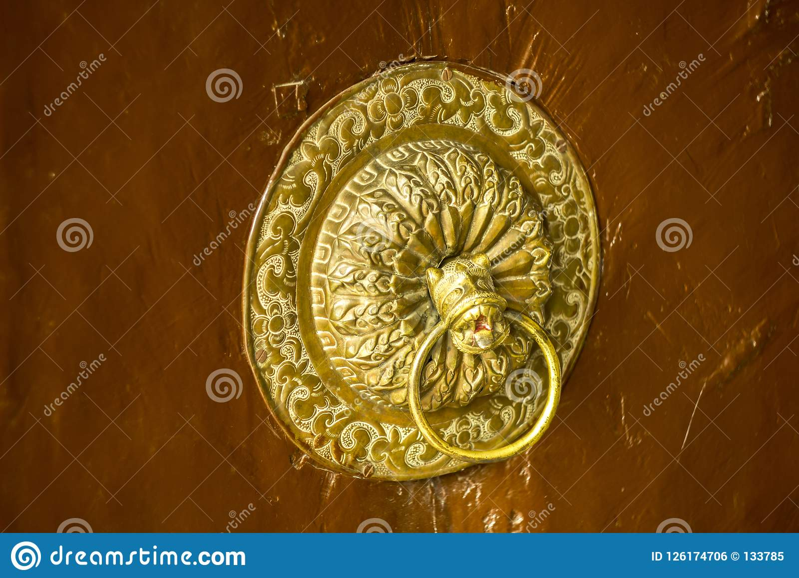 Um puxador da porta antigo dourado