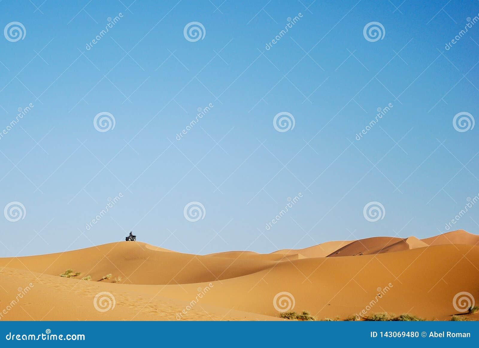Um quadrilátero sobre dunas no deserto
