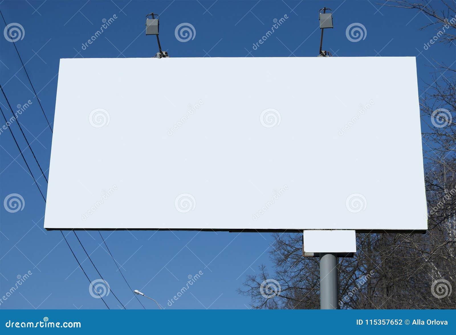 Um quadro de avisos no dia na rua