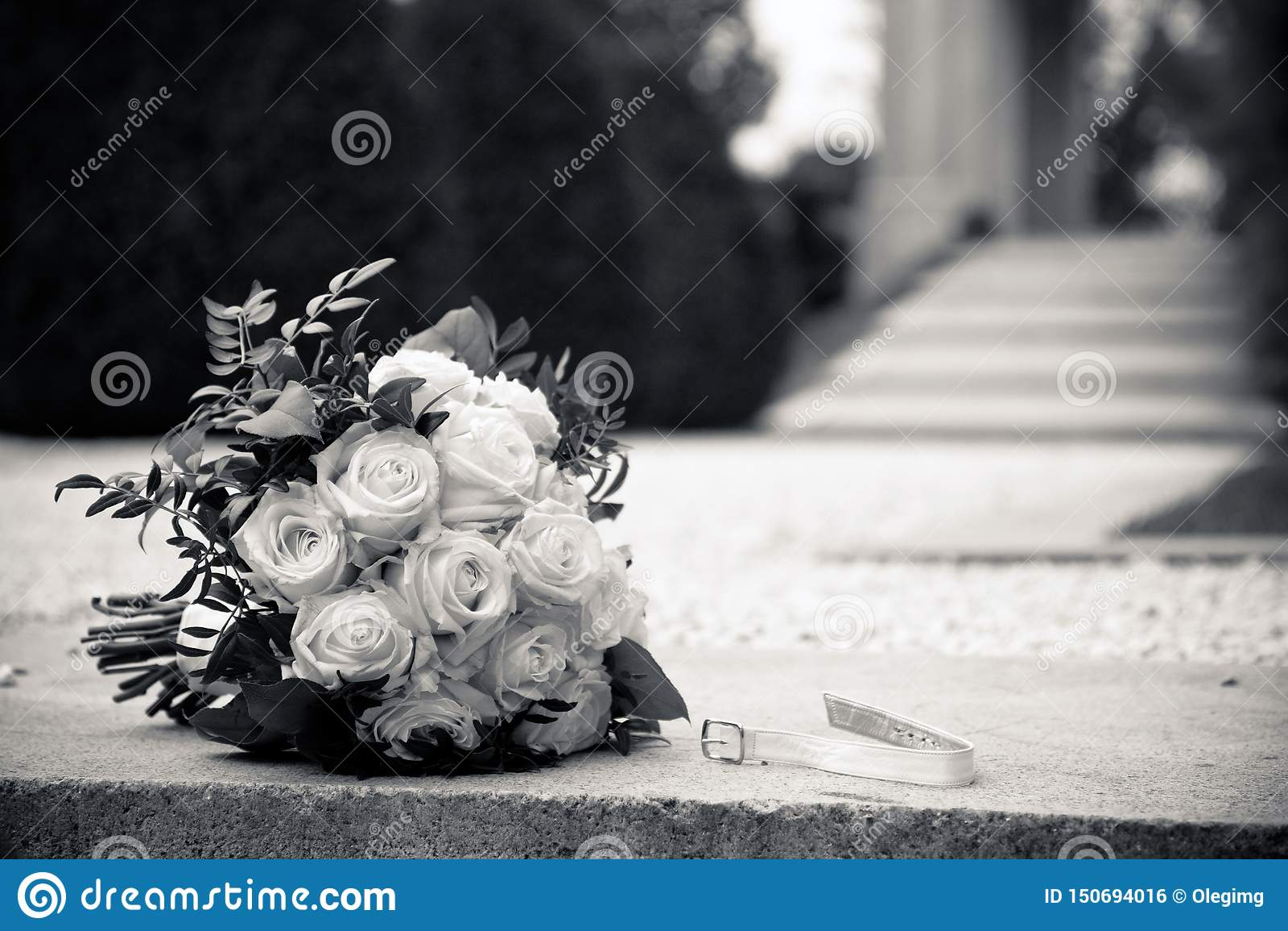 Um ramalhete das rosas brancas em um granito