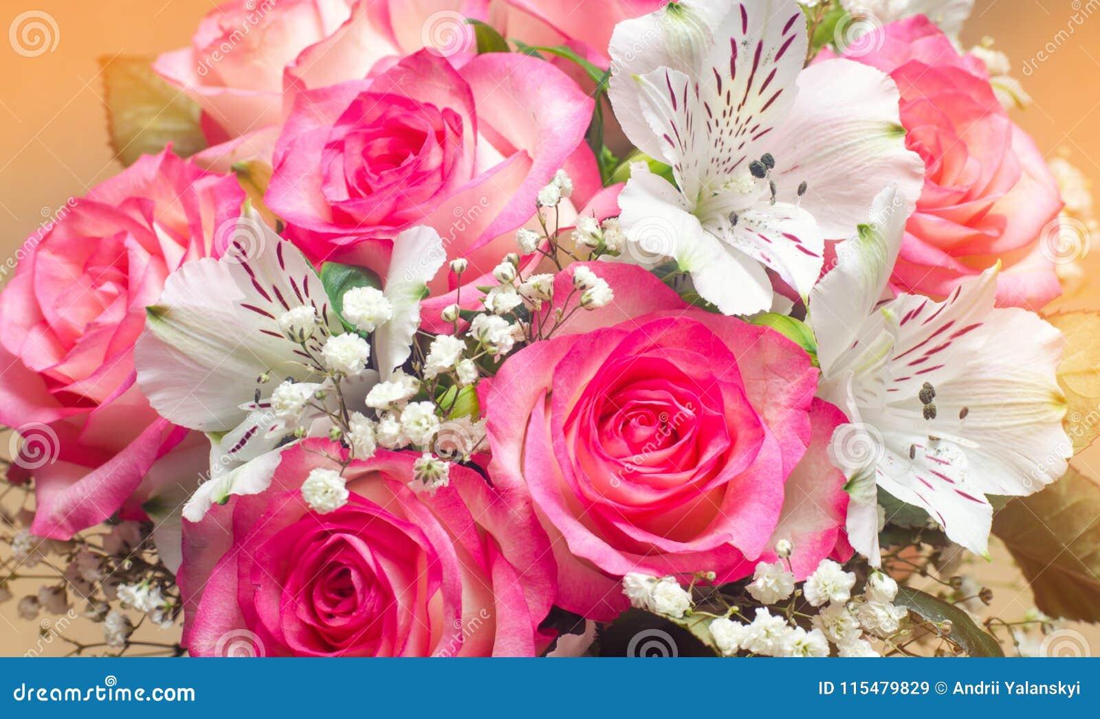Um ramalhete do casamento bonito floresce, rosas cor-de-rosa Fim acima