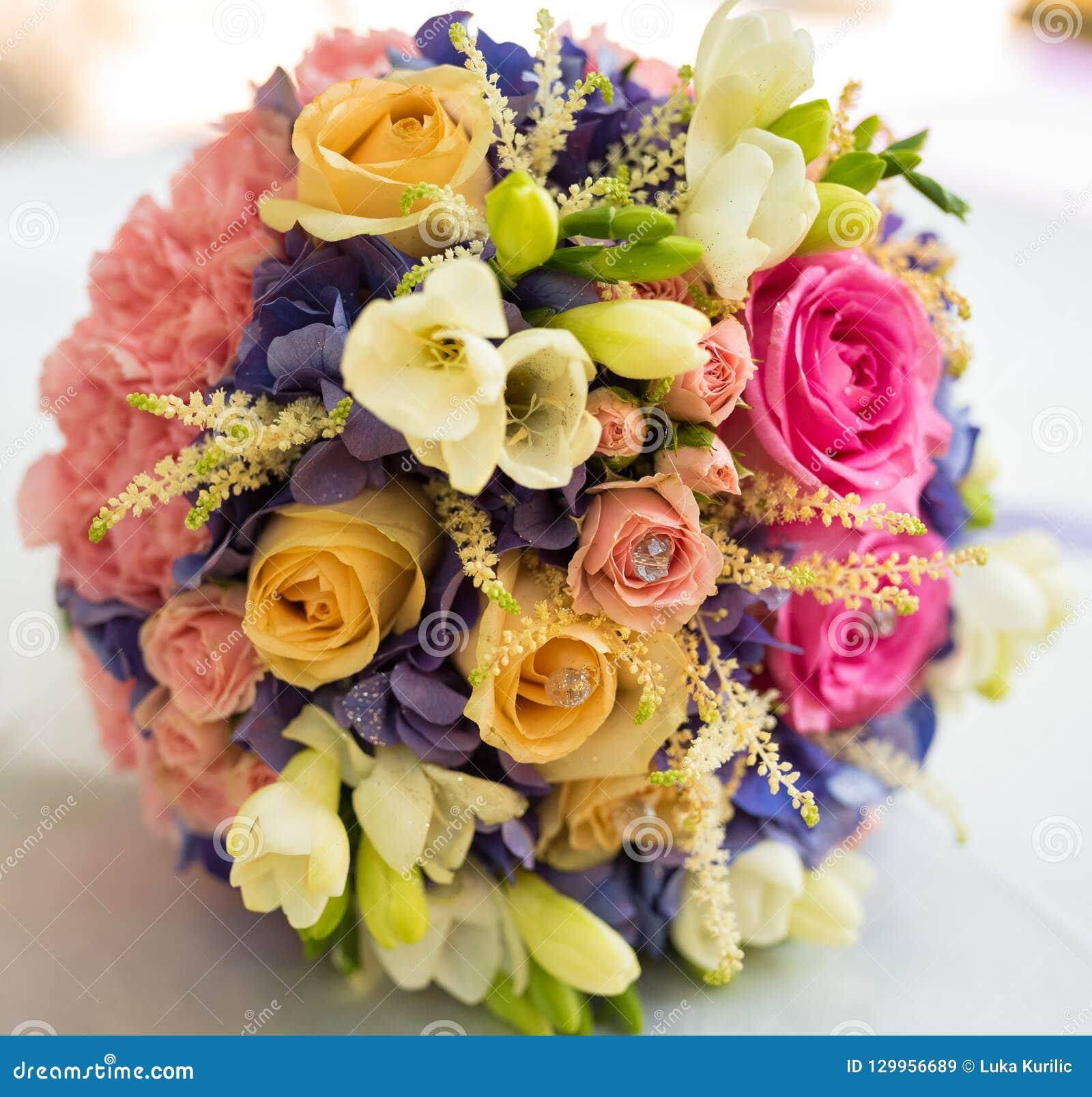 Um ramalhete do casamento com uma variedade de flores e lotes das cores