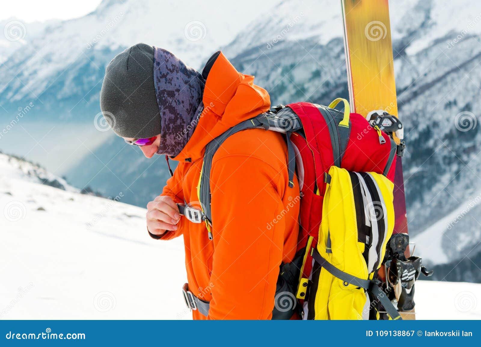 Um retrato do close-up de um esquiador do freeride na trilha de escalada para a freeride-descida