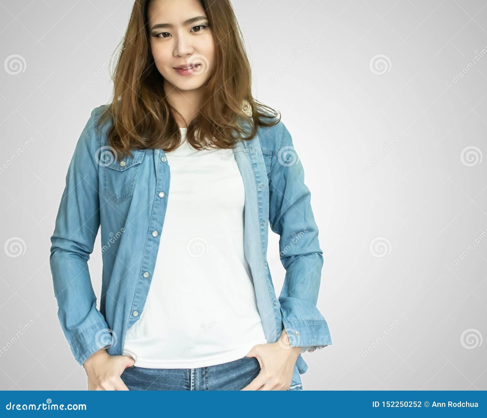 Um revestimento vestindo de brim da mulher asiática no fundo branco