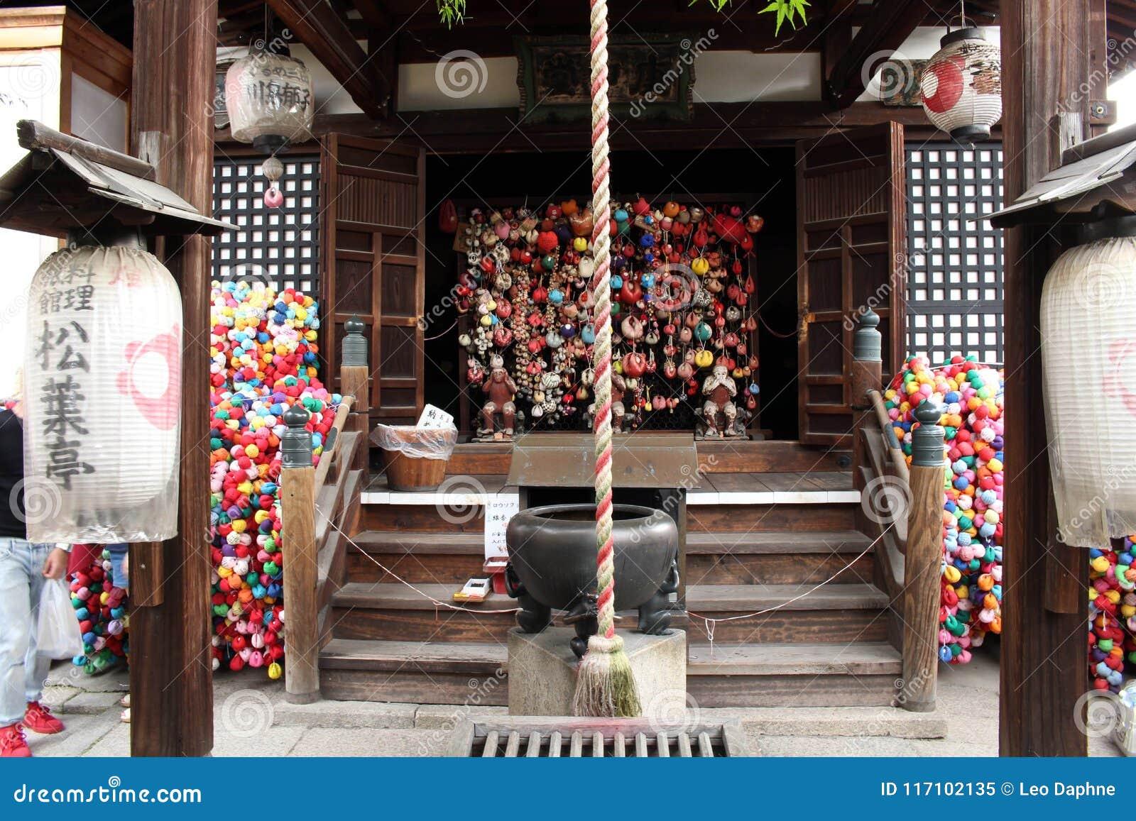 Um santuário japonês em Kyoto Equipado por lanternas, orações do descanso