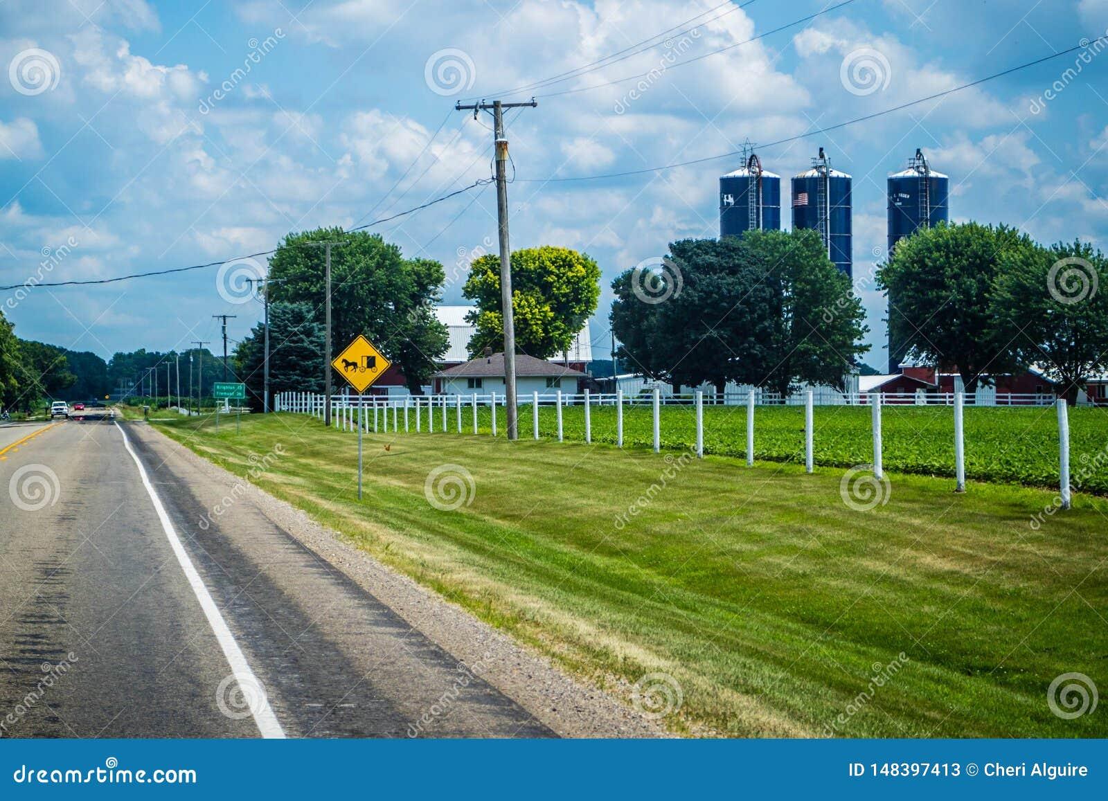 Um sinal de estrada que descreve o cavalo e o transporte em Shipshewana, Indiana