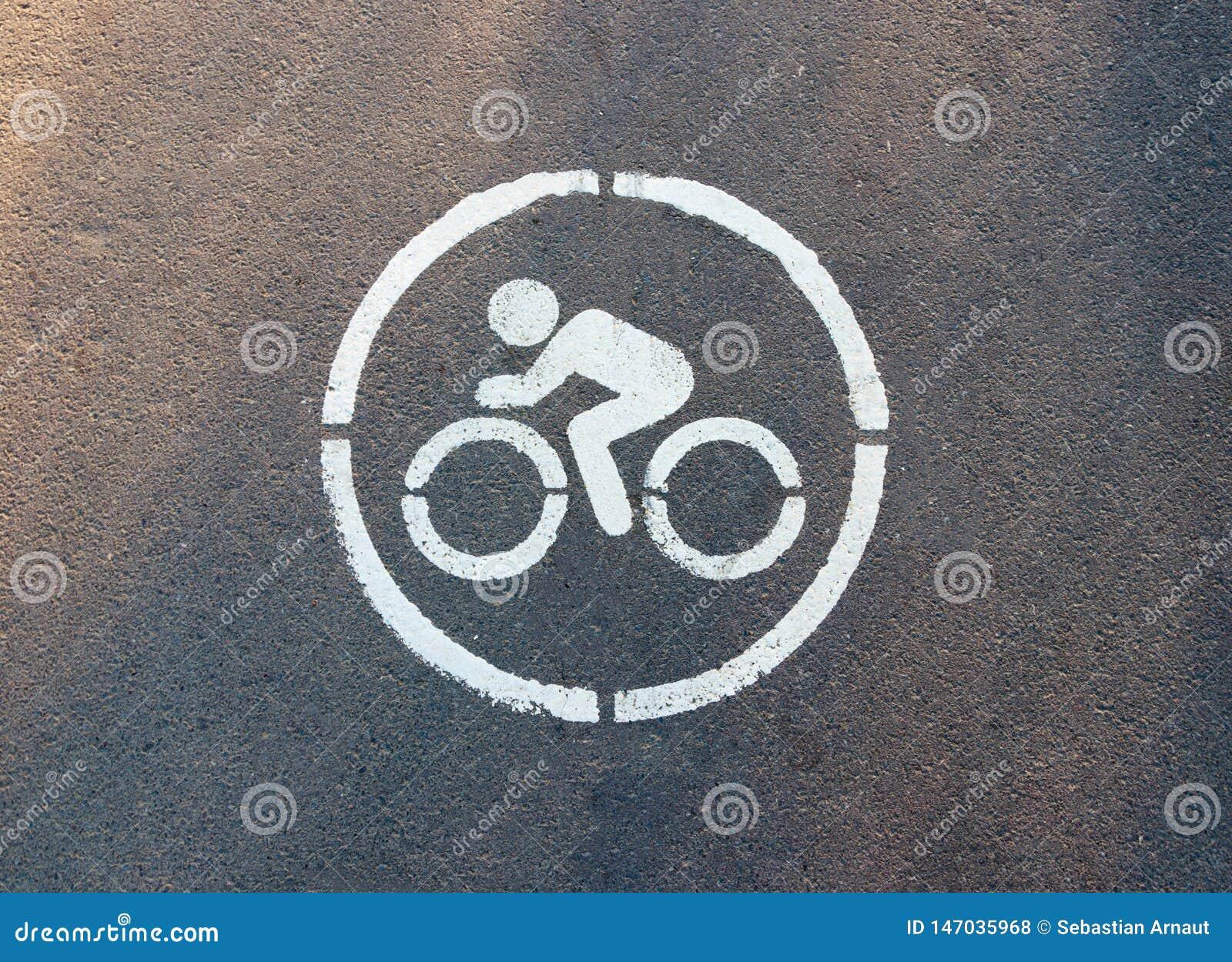 Um sinal tirado no asfalto que indica a trilha para ciclistas